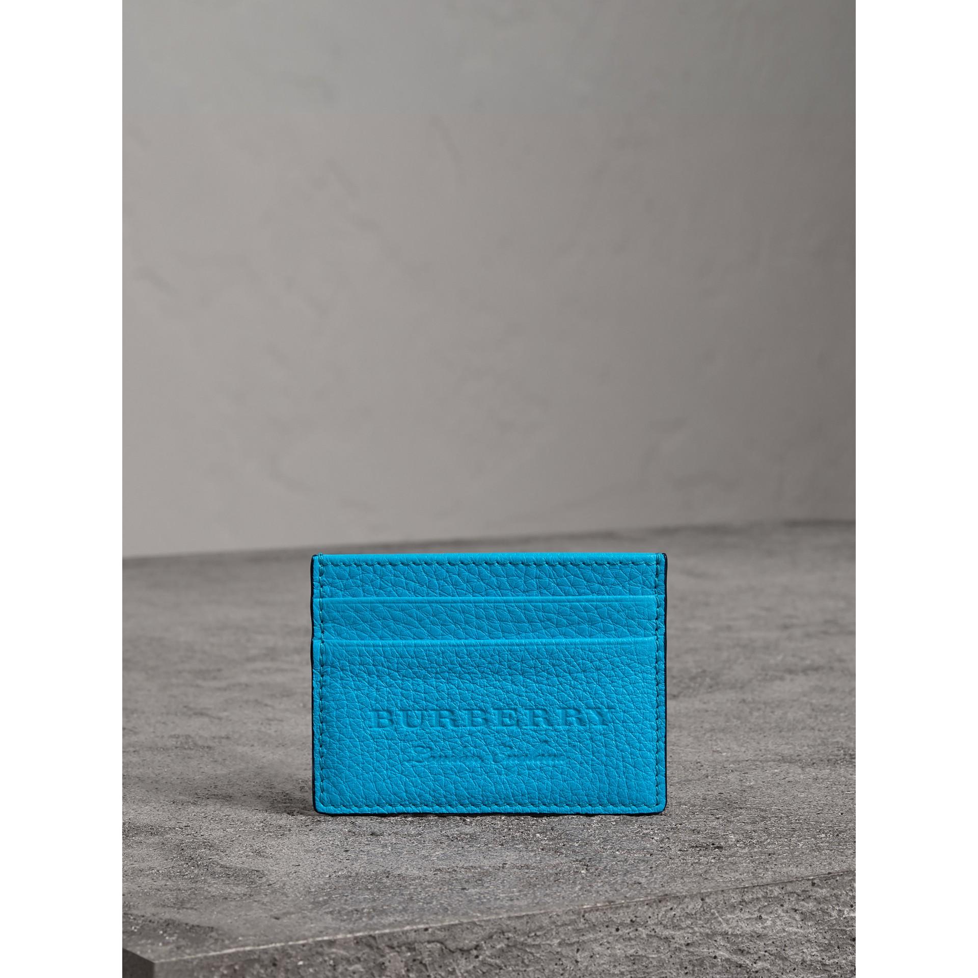 Porta carte di credito in pelle goffrata effetto texture (Blu Neon) | Burberry - immagine della galleria 3