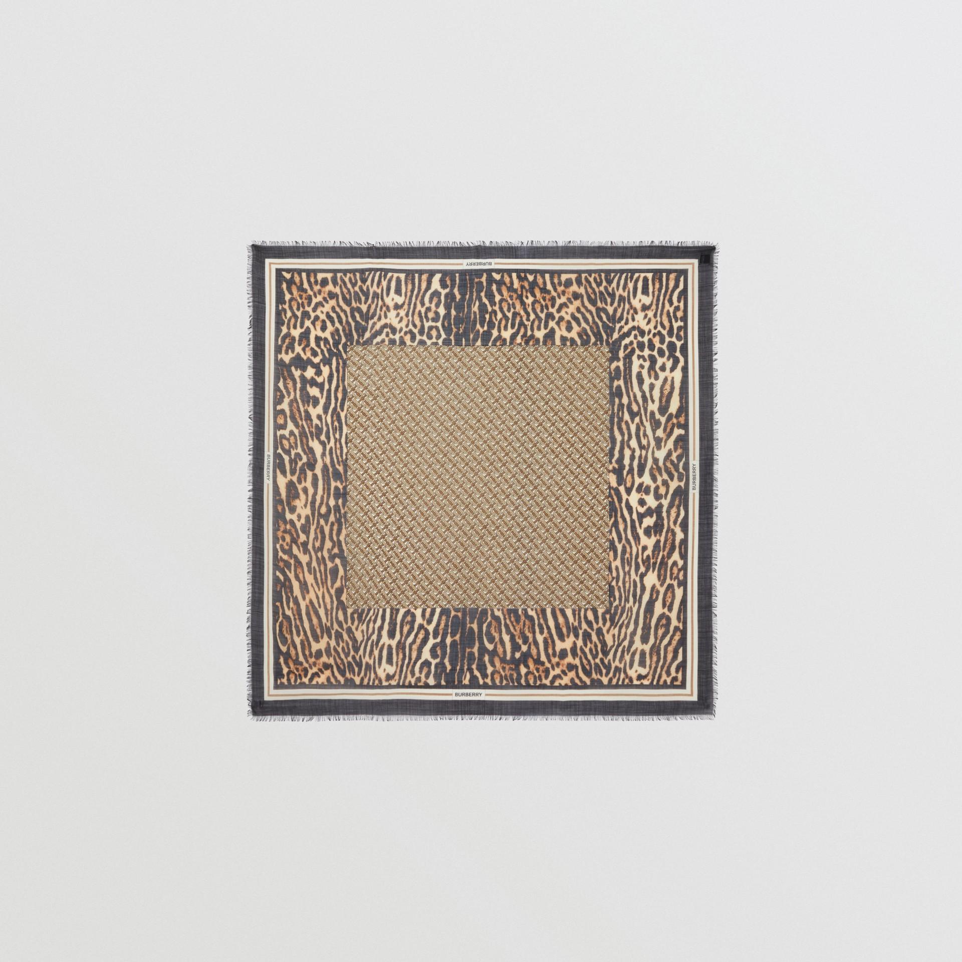 モノグラムプリント ウールシルク ラージ スクエアスカーフ (アーカイブベージュ) | バーバリー - ギャラリーイメージ 0