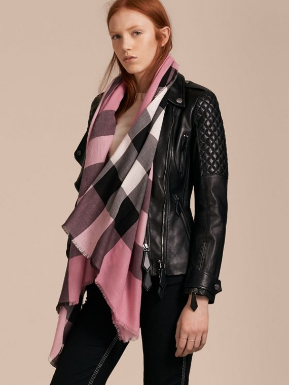 The Lightweight Cashmere Scarf in Check Rose Pink - cell image 2