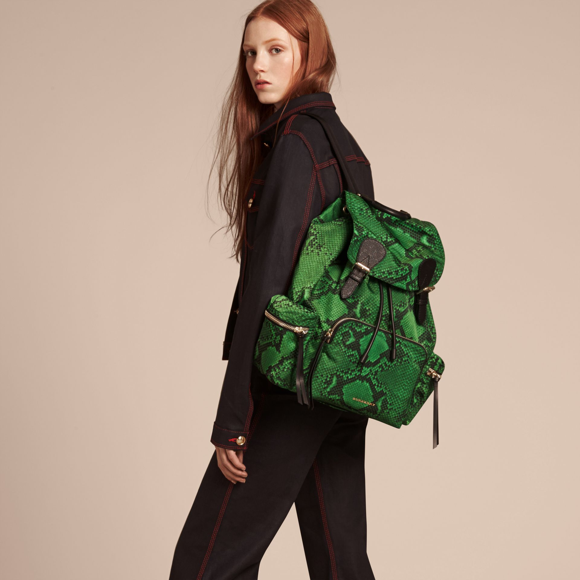Grand sac The Rucksack en nylon à imprimé python et cuir Vert - photo de la galerie 3