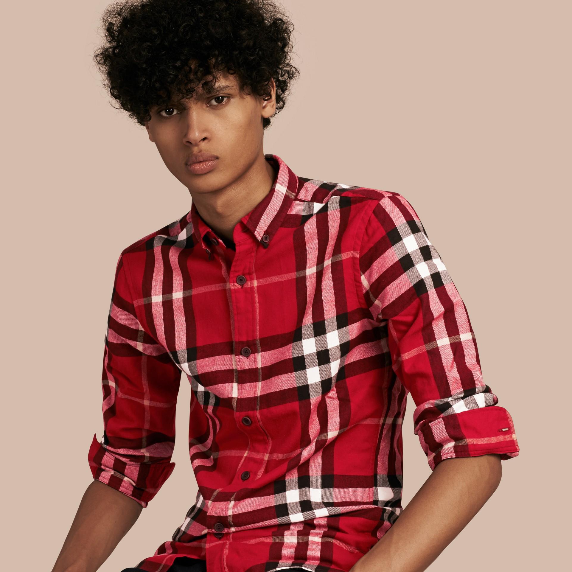 繽紛鮮紅色 格紋棉質法蘭絨襯衫 繽紛鮮紅色 - 圖庫照片 1