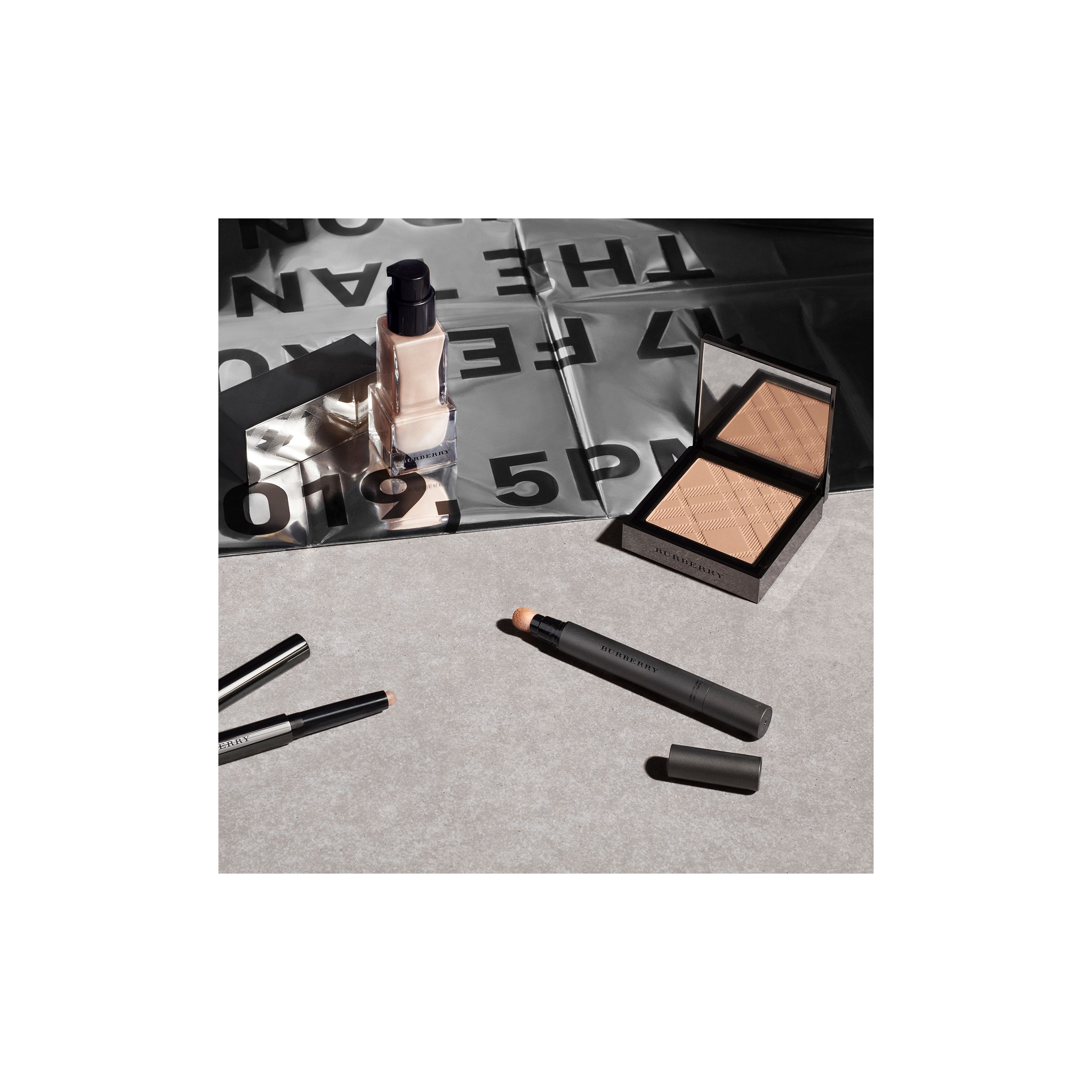 Fresh Glow Luminous Fluid Base – Nude Radiance No.01 (Radiance 01) - Femme | Burberry - 4