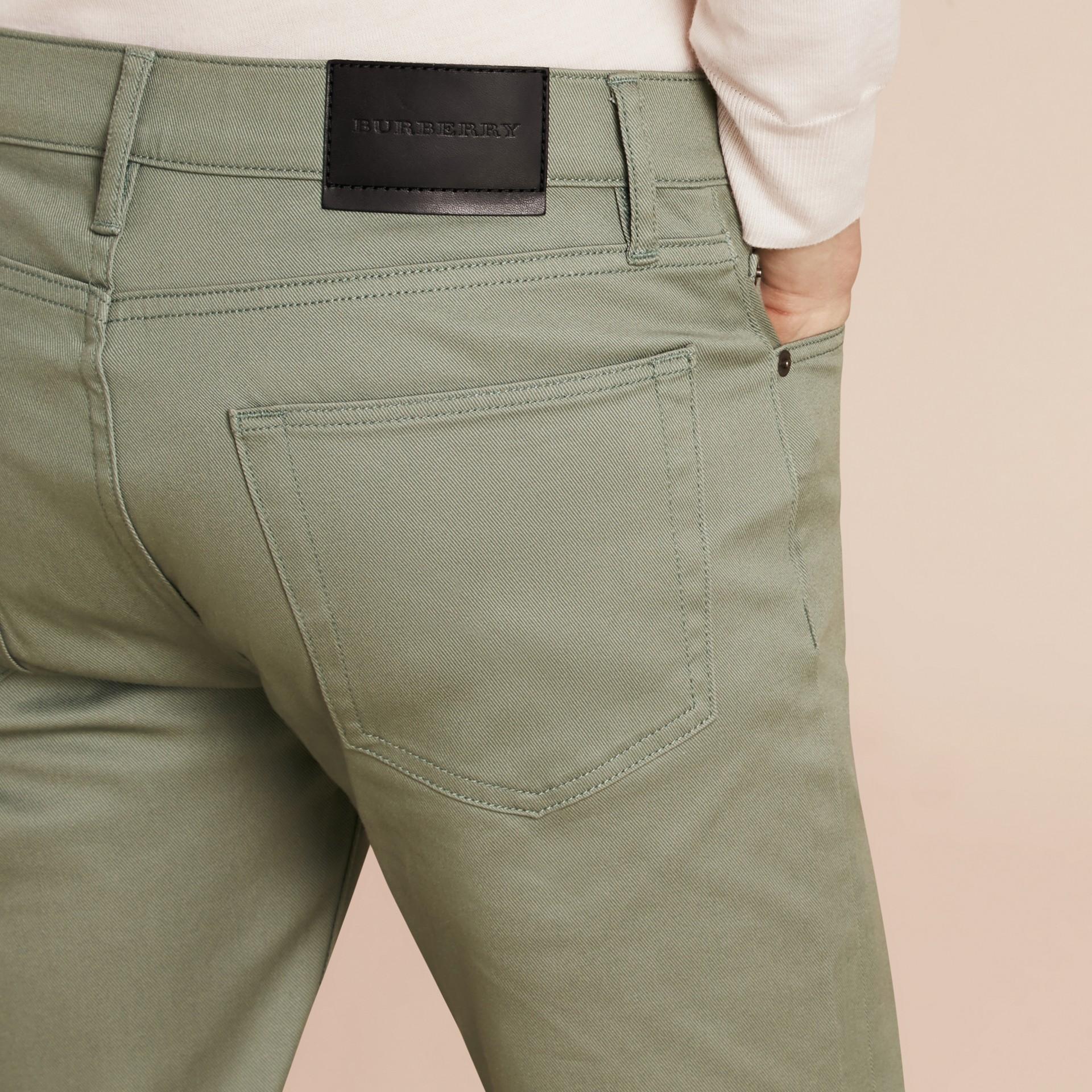 Eukalyptusgrün Körperbetonte Jeans aus japanischem Stretchdenim Eukalyptusgrün - Galerie-Bild 6