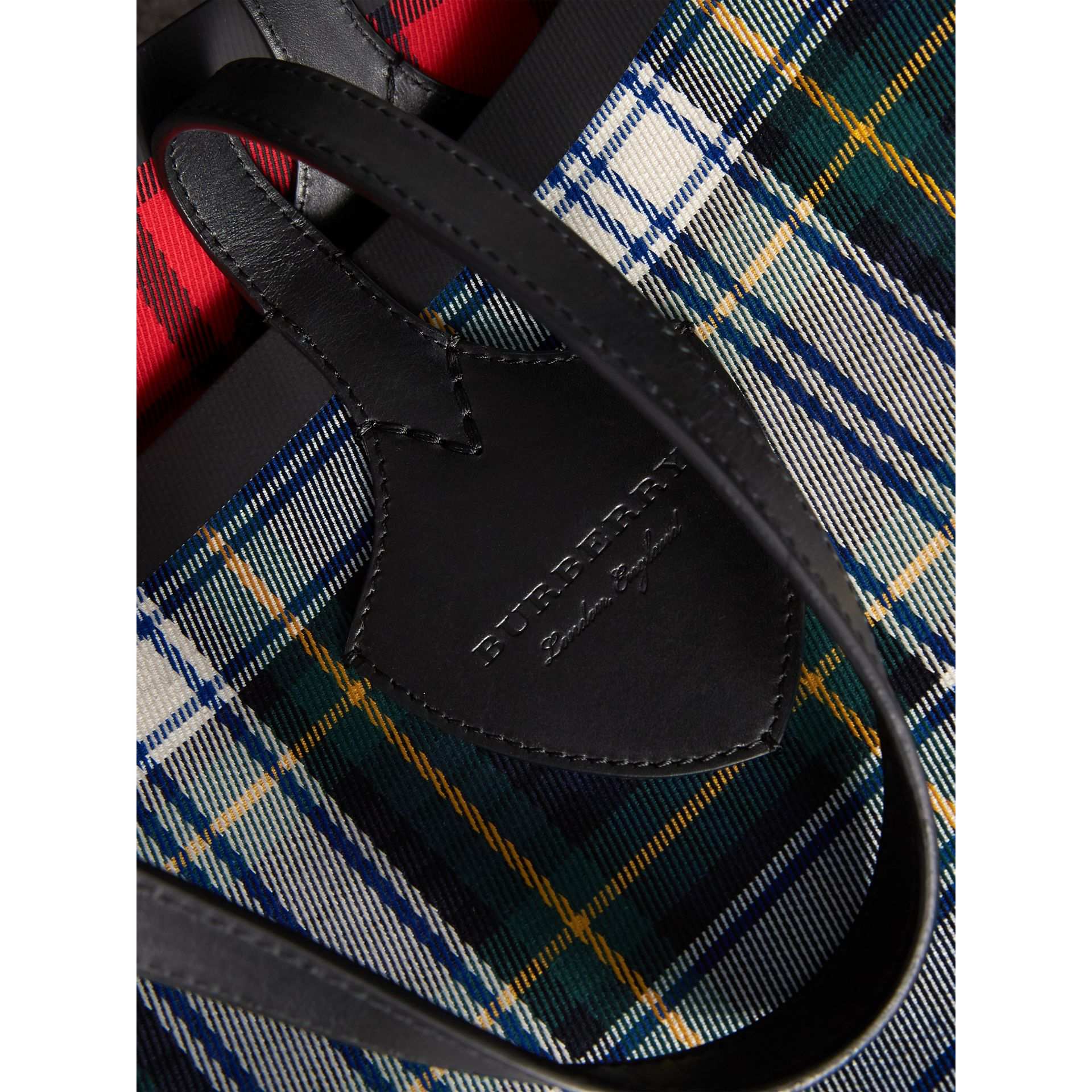 The Medium Giant Reversible Tote in Tartan Cotton in Ink Blue/military Red | Burberry Canada - gallery image 1