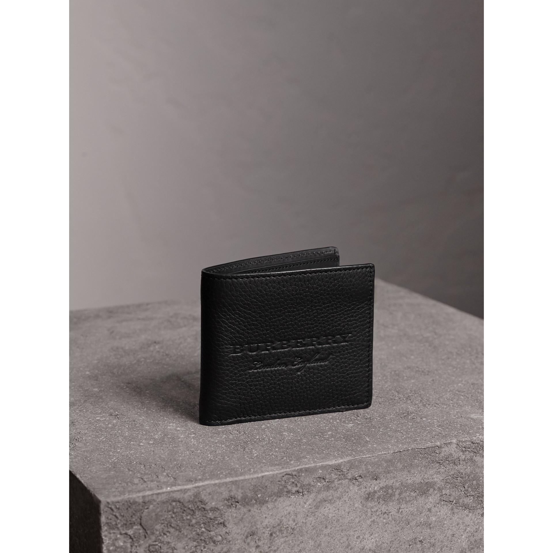 Cartera plegable en piel grabada (Negro) - Hombre | Burberry - imagen de la galería 1