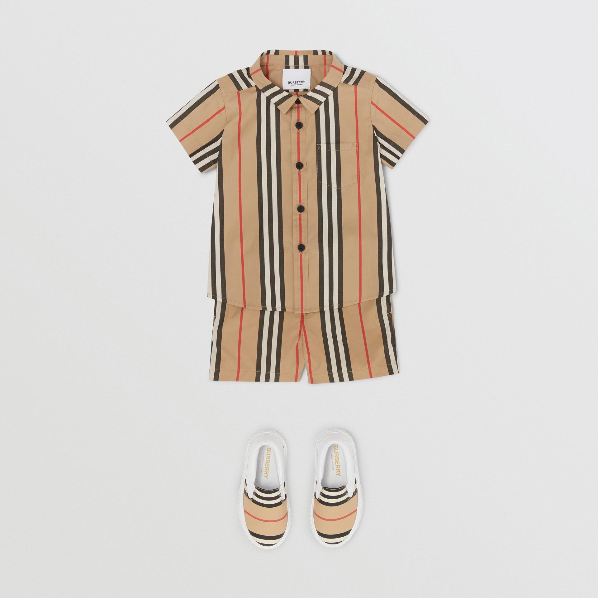 短袖標誌性條紋棉府綢襯衫 (典藏米色) - 童款 | Burberry - 圖庫照片 2