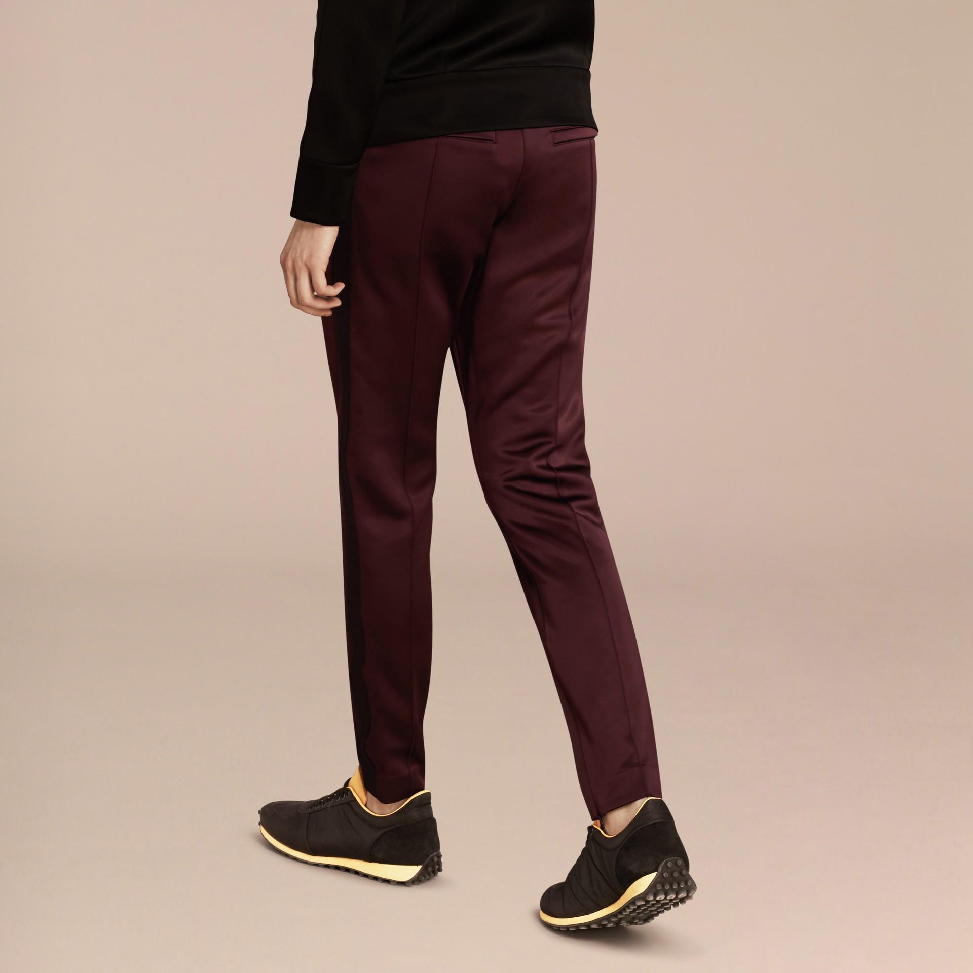 Viola granata Pantaloni tuta in tessuto lucido Viola Granata - immagine della galleria 3