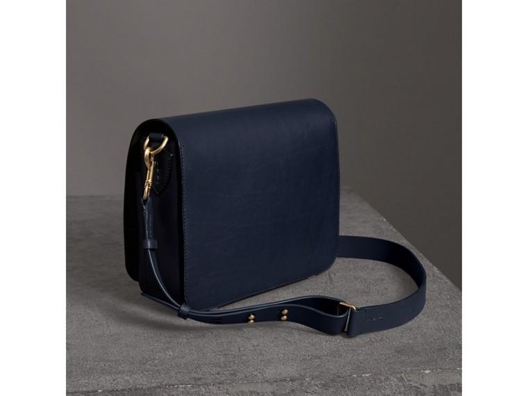 Grand sac The Satchel carré en cuir (Indigo Moyen) - Femme | Burberry Canada - cell image 4