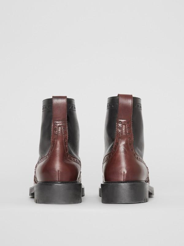 Botas de couro com detalhe brogue (Preto/garnet) - Homens   Burberry - cell image 3