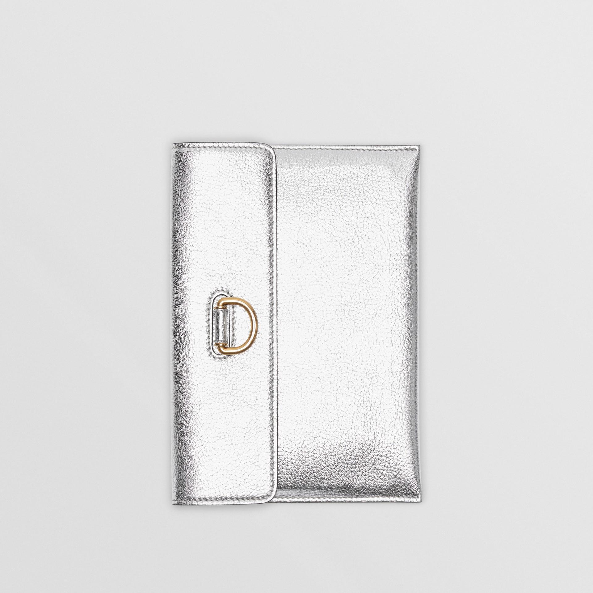 Trousse con portamonete in pelle metallizzata con cerniera e anello a D (Argento) - Donna | Burberry - immagine della galleria 4