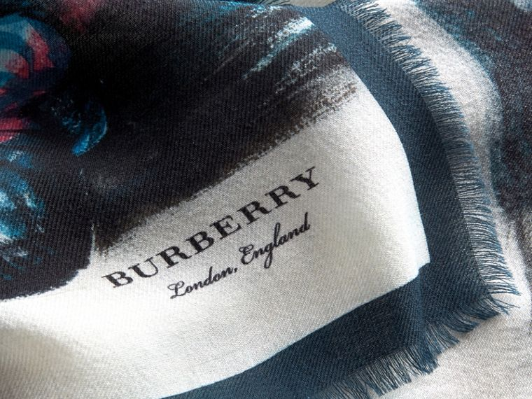 「Reclining Figure: Bunched」印花喀什米爾圍巾 | Burberry - cell image 1