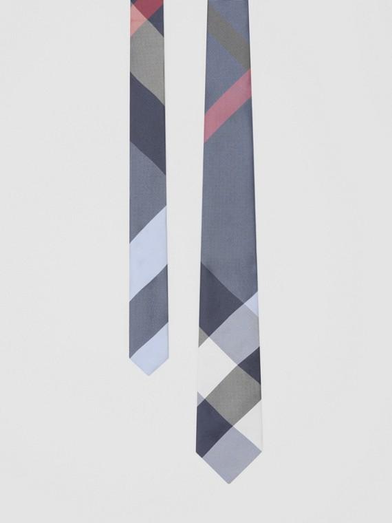 Klassisch geschnittene Krawatte aus Seidenjacquard mit Karomuster (Porzellanblau)