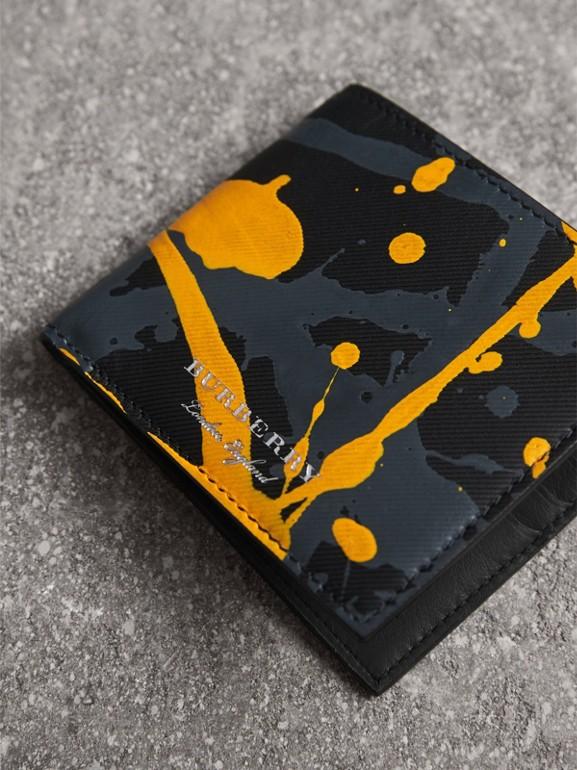 Складной бумажник из кожи Trench с принтом Splash, модель для банкнот всех валют (Черный / Принт) - Для мужчин | Burberry - cell image 1