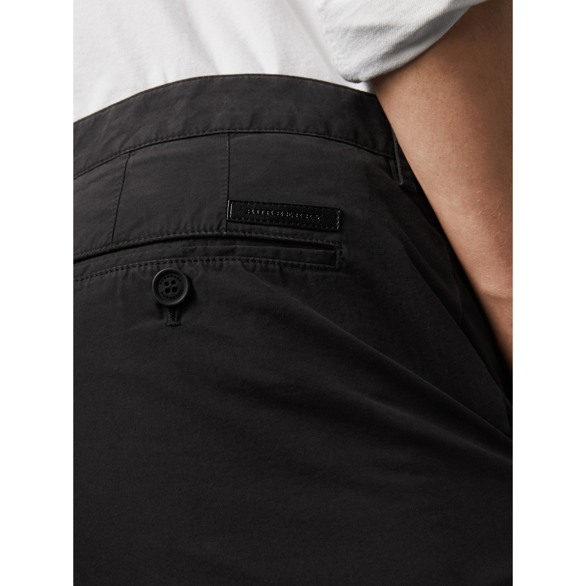 Short chino en popeline de coton (Noir) - Homme | Burberry - photo de la galerie 2