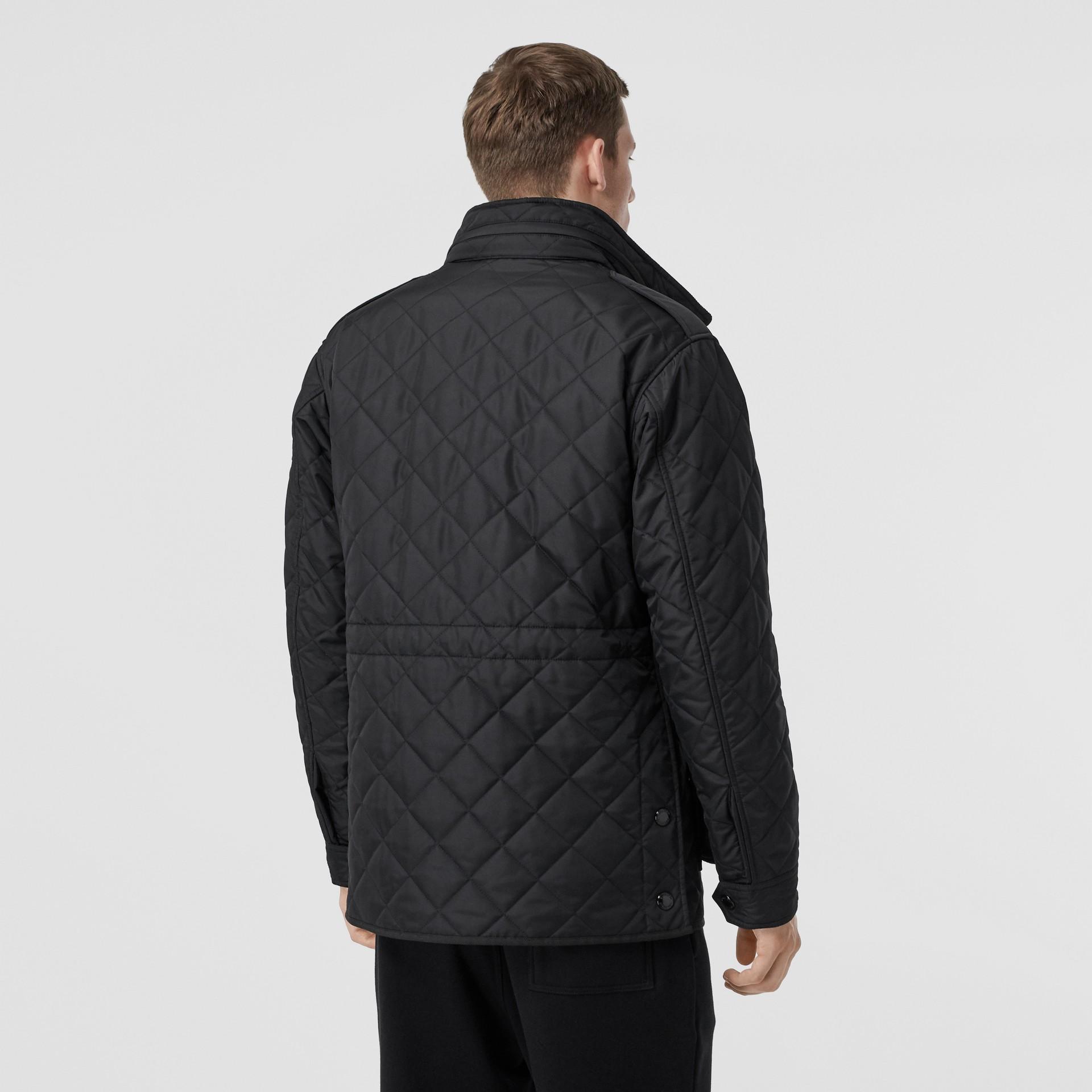 Jaqueta estilo militar termorregulada em matelassê com capuz embutido (Preto) - Homens | Burberry - galeria de imagens 2