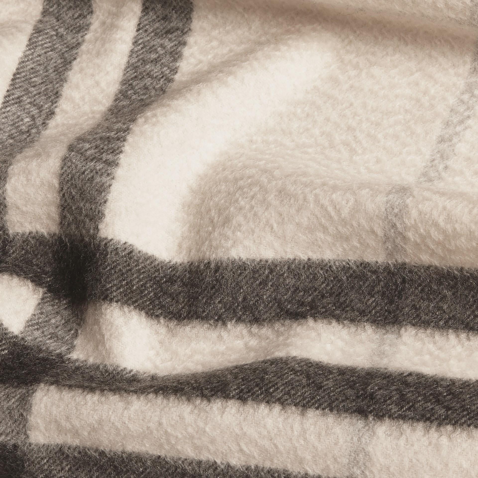 Check blanc naturel Écharpe classique en cachemire à motif check Blanc Naturel - photo de la galerie 5