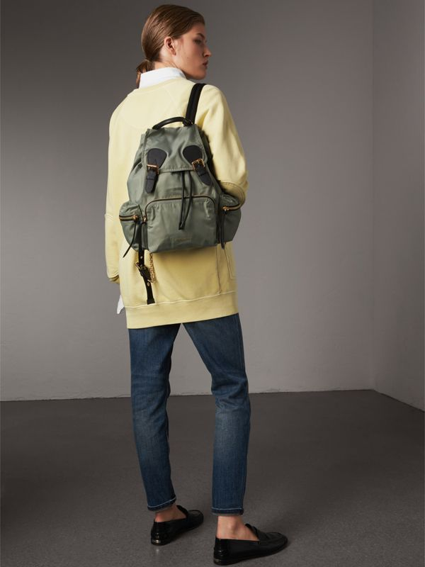 The Medium Rucksack aus Nylon und Leder (Distelgrau) - Damen | Burberry - cell image 2