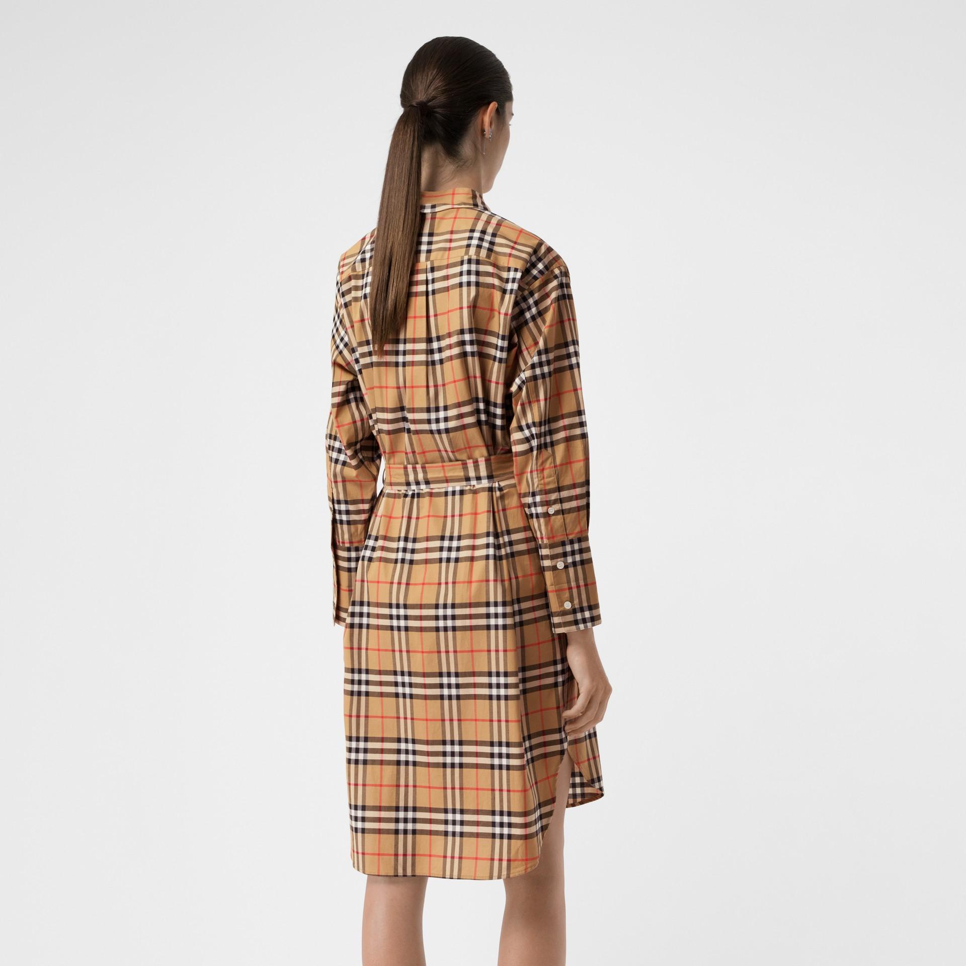 Vestido estilo camisa de algodão em Vintage Check com cinto de amarrar (Amarelo Antigo) - Mulheres | Burberry - galeria de imagens 2