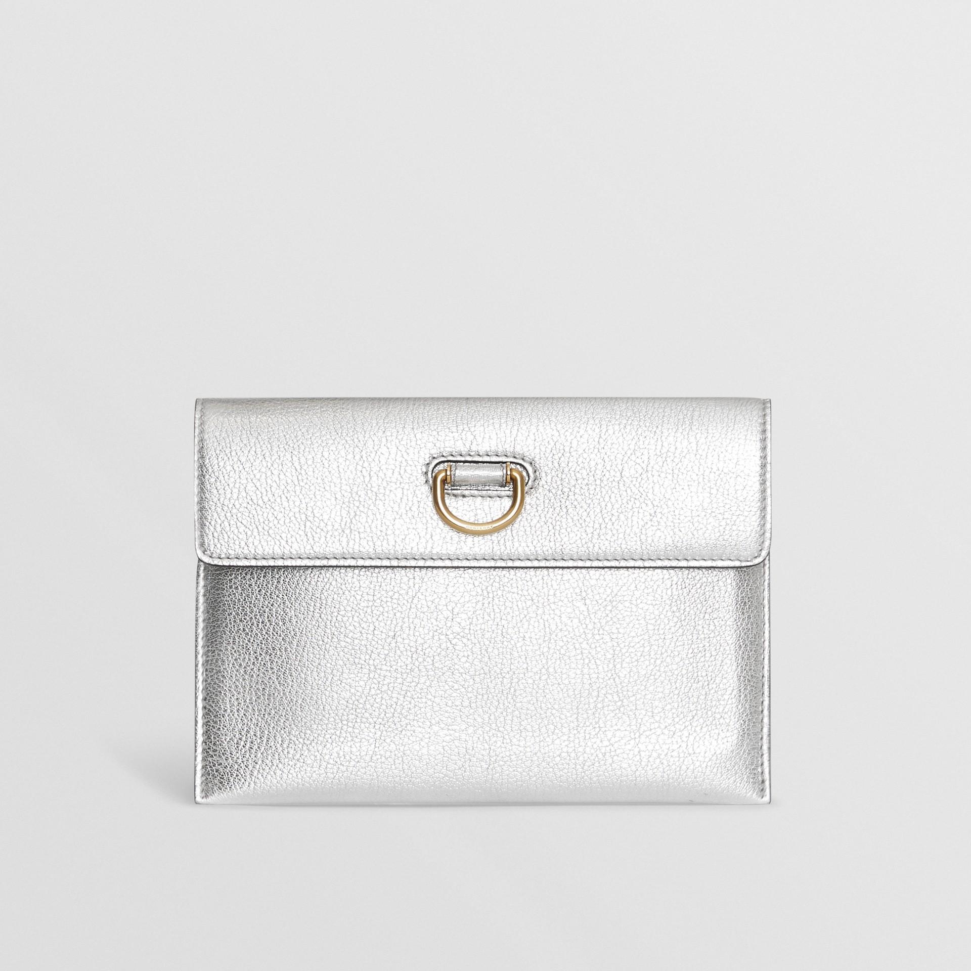Trousse con portamonete in pelle metallizzata con cerniera e anello a D (Argento) - Donna | Burberry - immagine della galleria 0