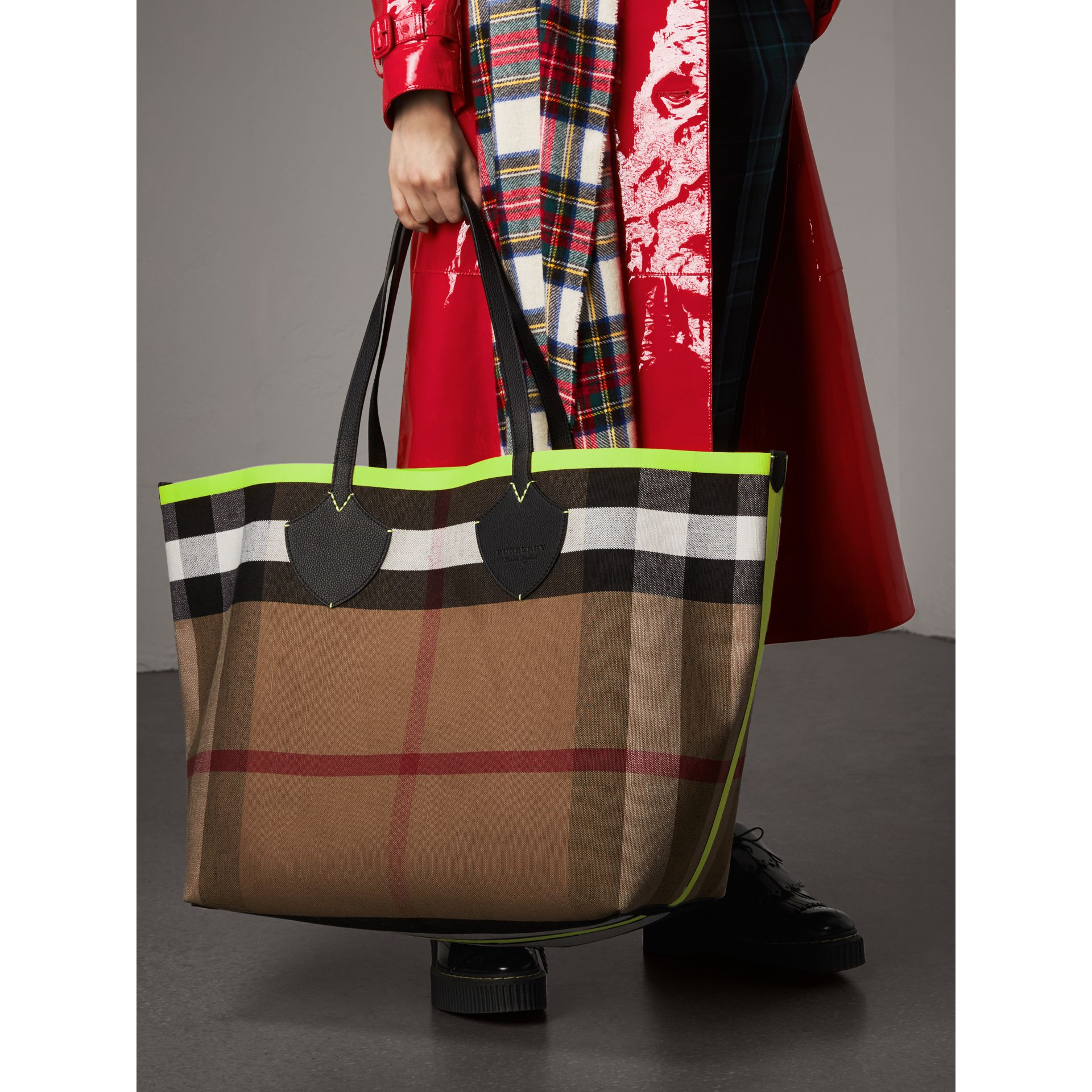 The Giant Reversible Tote in Canvas Check and Leather in Black/neon Yellow | Burberry Australia - gallery image 8