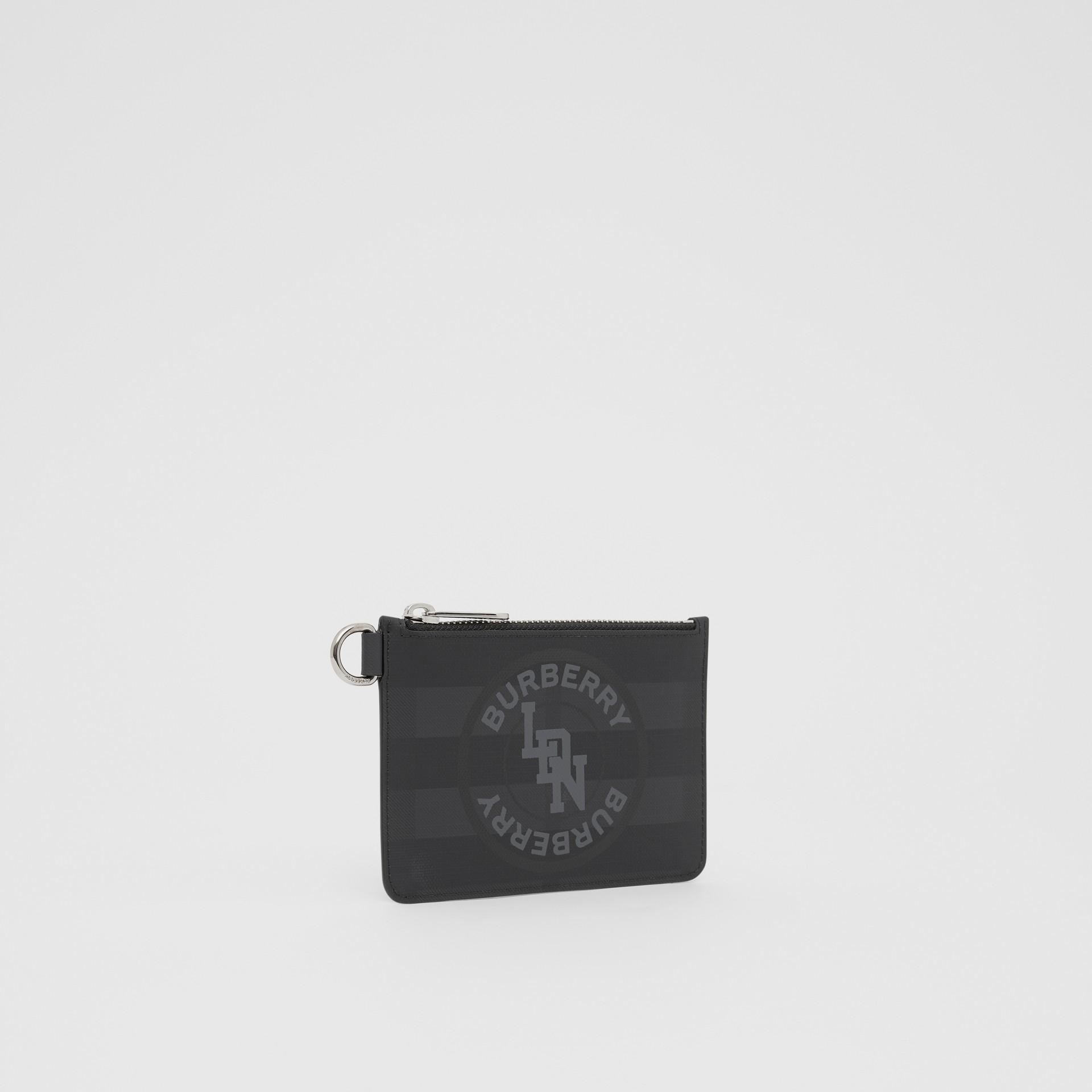 Monedero a cuadros London Checks con cremallera y logotipo de estilo gráfico (Gris Marengo Oscuro) - Hombre | Burberry - imagen de la galería 4