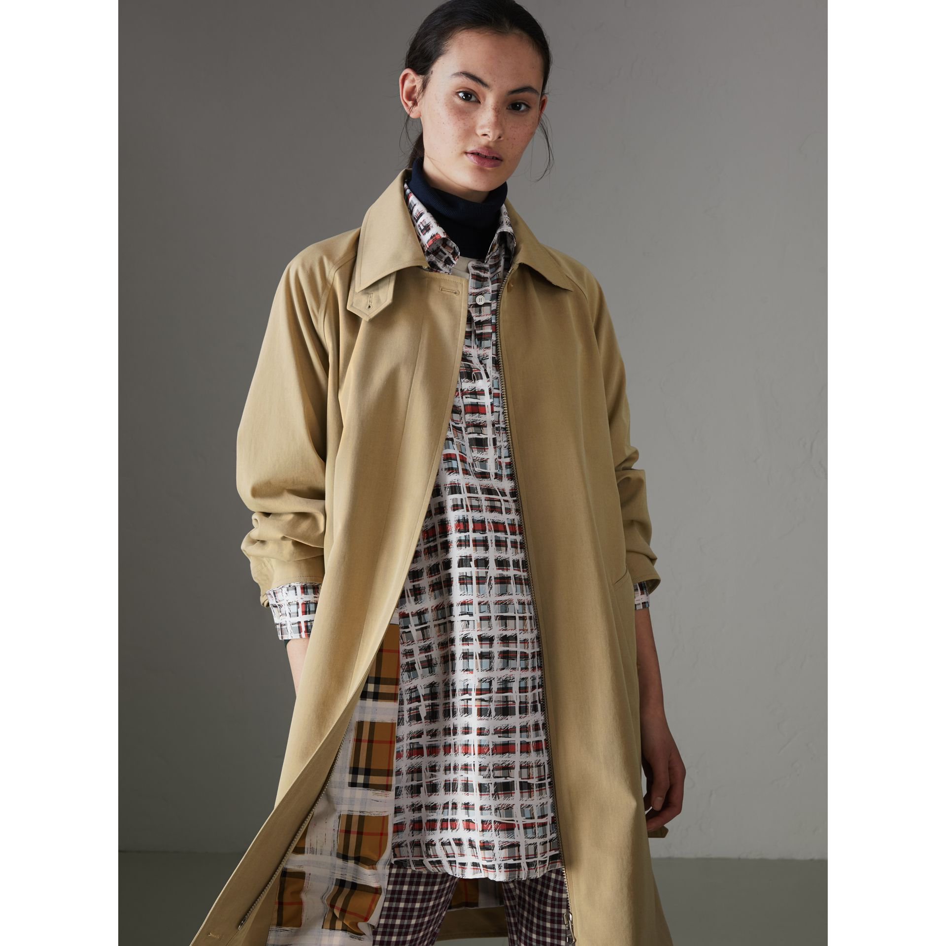 Cappotto car coat in gabardine tropicale (Avena) - Donna | Burberry - immagine della galleria 5