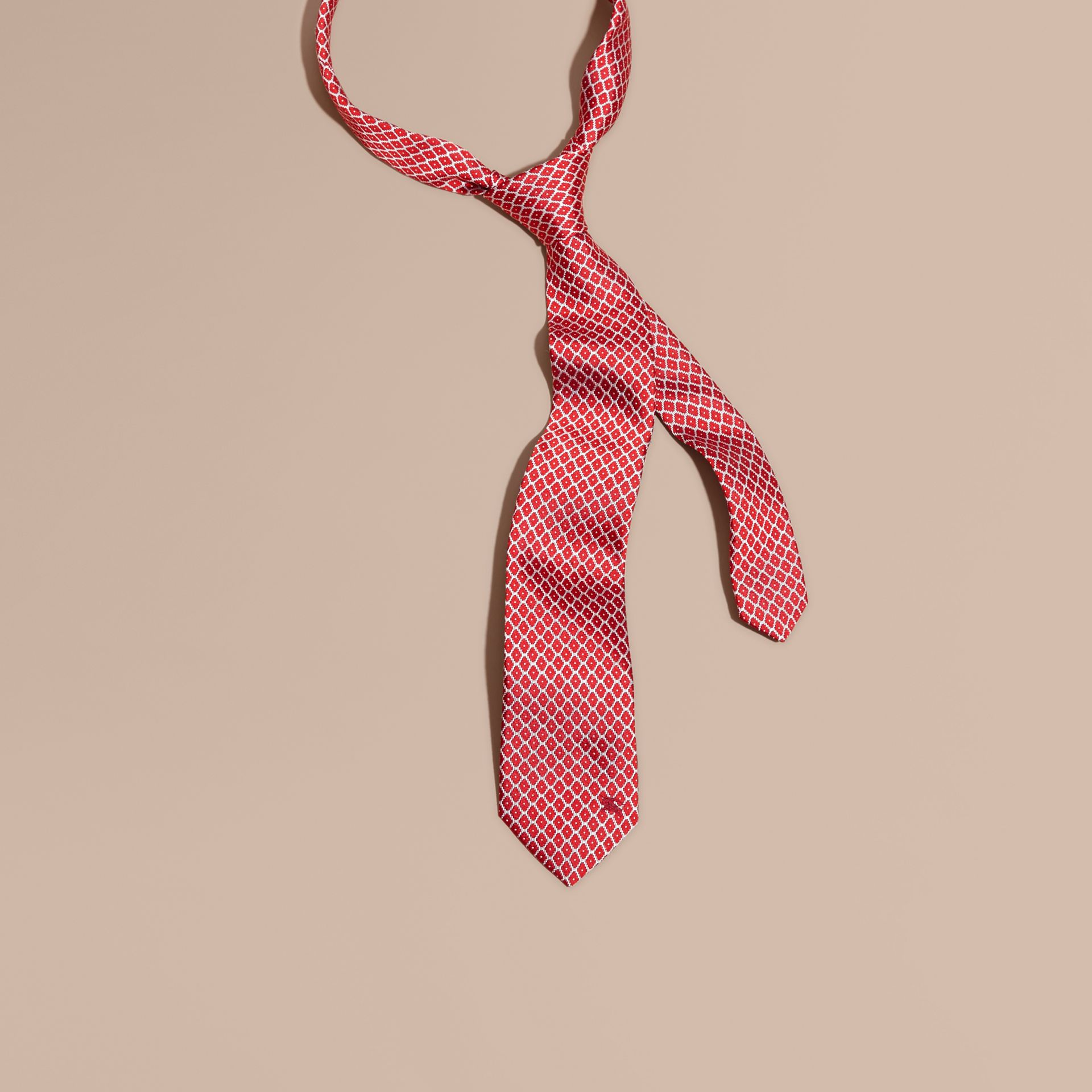 Rouge parade Cravate jacquard moderne en soie Rouge Parade - photo de la galerie 1