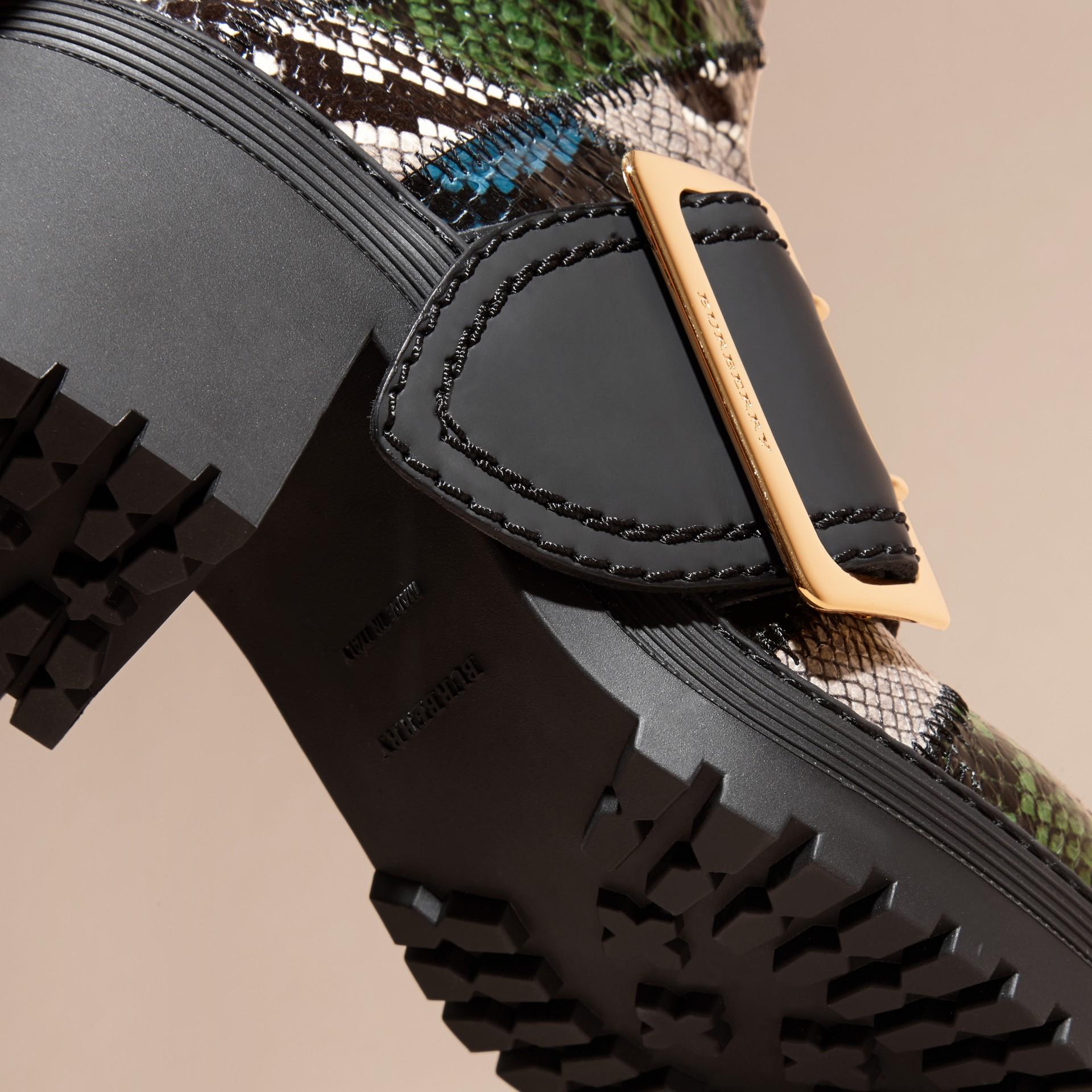 Bleu minéral/noir Bottines The Buckle en peau de serpent et cuir caoutchouté - photo de la galerie 5