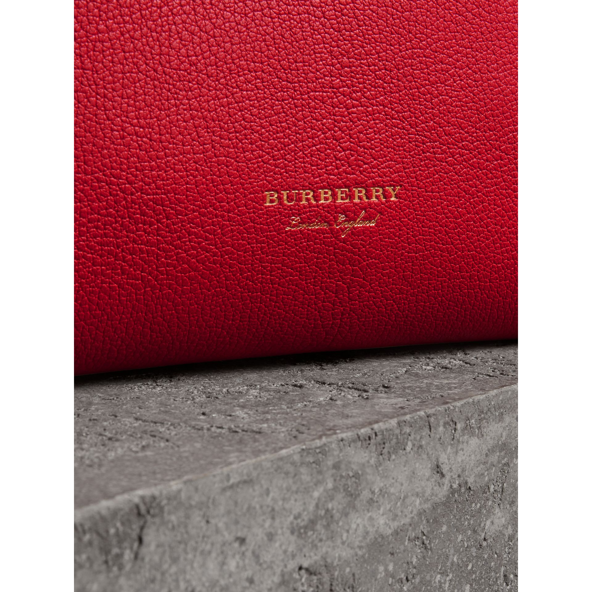 Clutch wristlet en cuir grainé (Rouge Vif) - Femme | Burberry - photo de la galerie 1