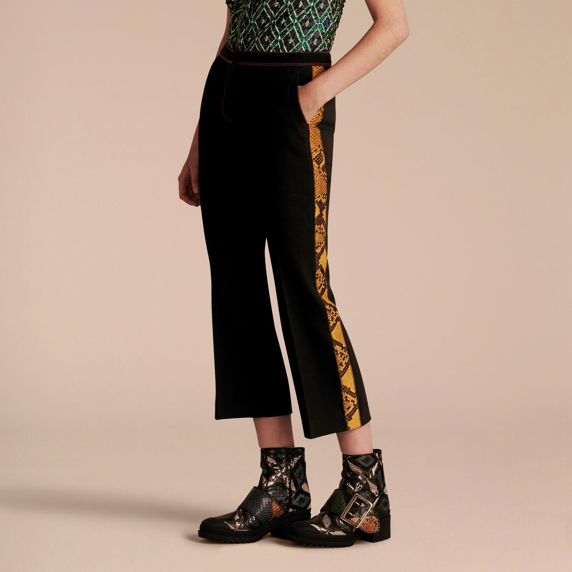 Schwarz Schmal geschnittene Hose mit kürzerer Beinlänge und Pythonmuster - Galerie-Bild 7
