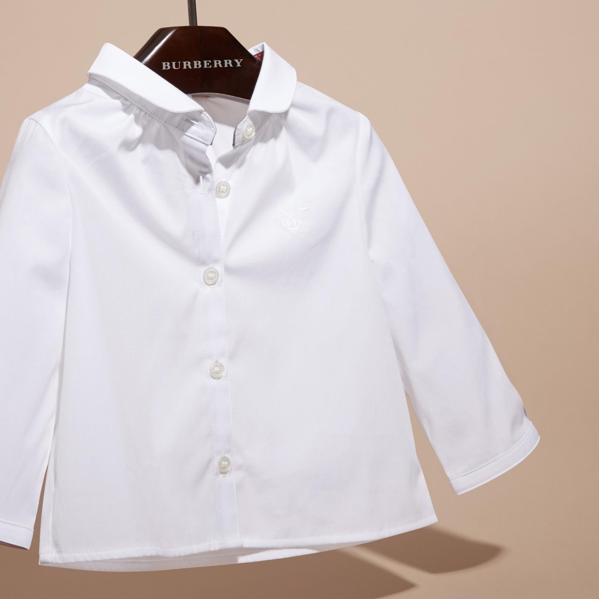Blanco Camisa en algodón elástico con cuello Peter Pan - imagen de la galería 3