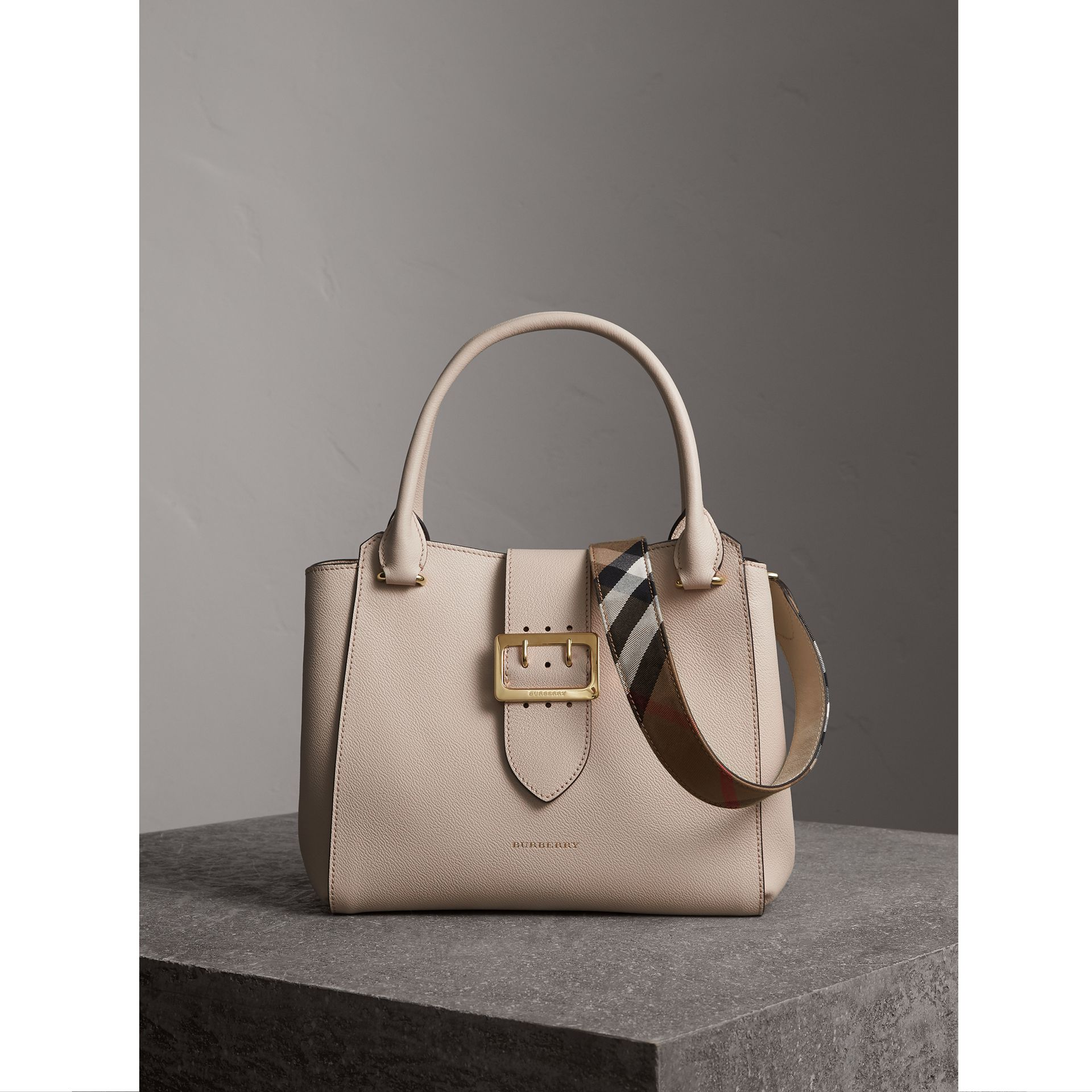 The Medium Buckle Tote aus genarbtem Leder (Kalksteinfarben) - Damen | Burberry - Galerie-Bild 1