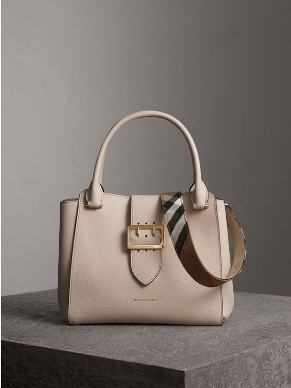 The Medium Buckle Tote aus genarbtem Leder (Kalksteinfarben) - Damen | Burberry