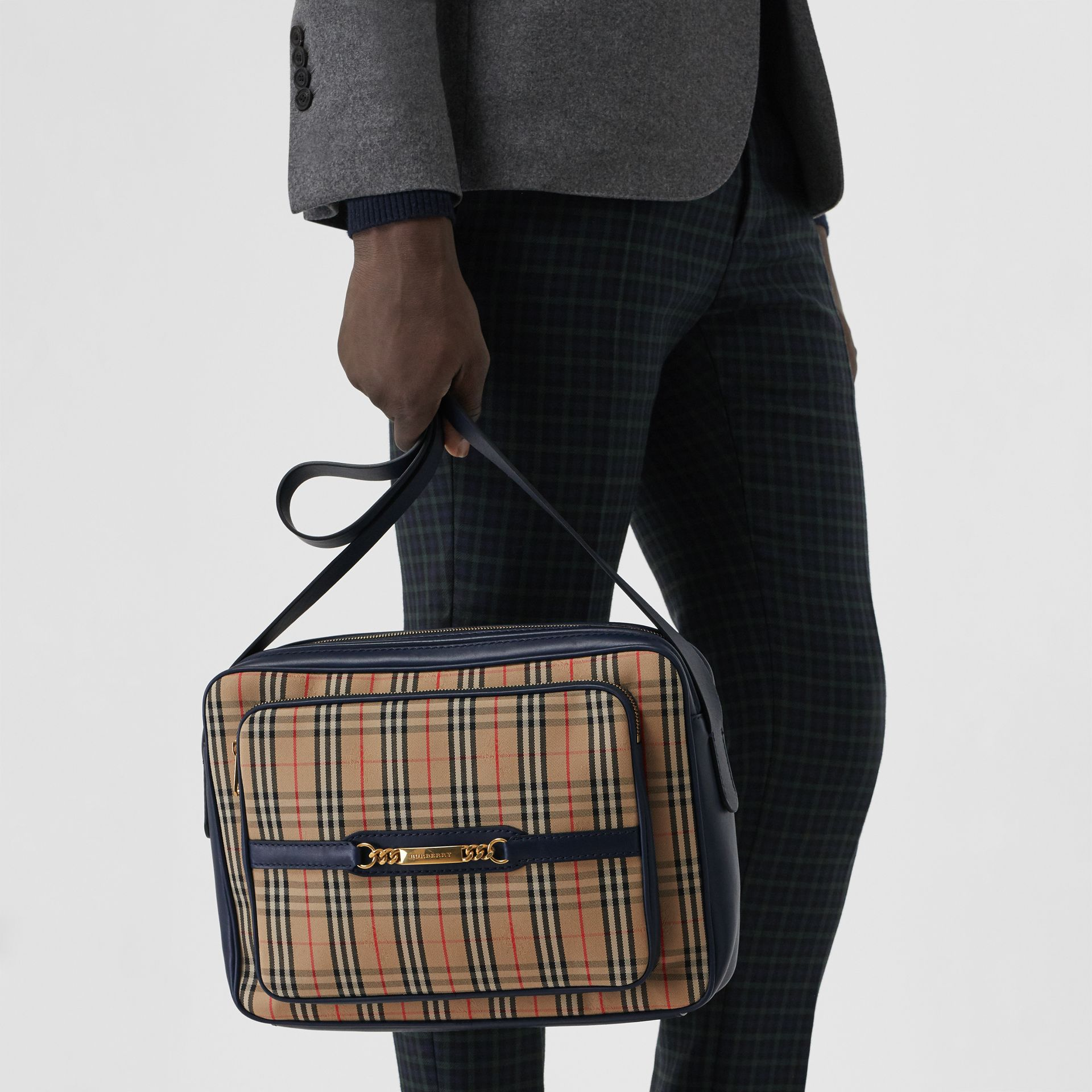 Grand sac caméra The Link à motif check de 1983 (Bleu Encre) - Homme | Burberry Canada - photo de la galerie 5