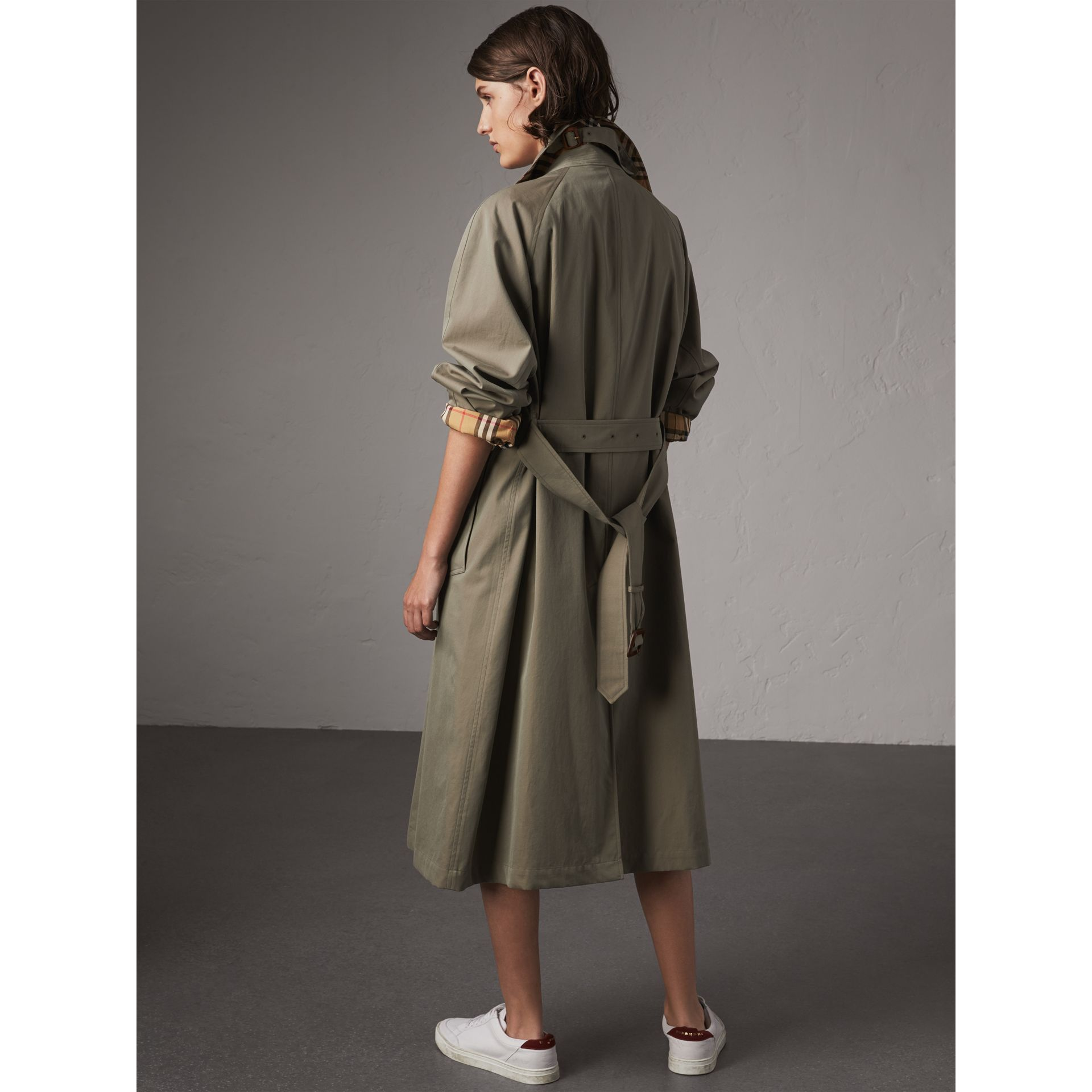 The Brighton Car Coat (Verde Gesso) - Donna | Burberry - immagine della galleria 2