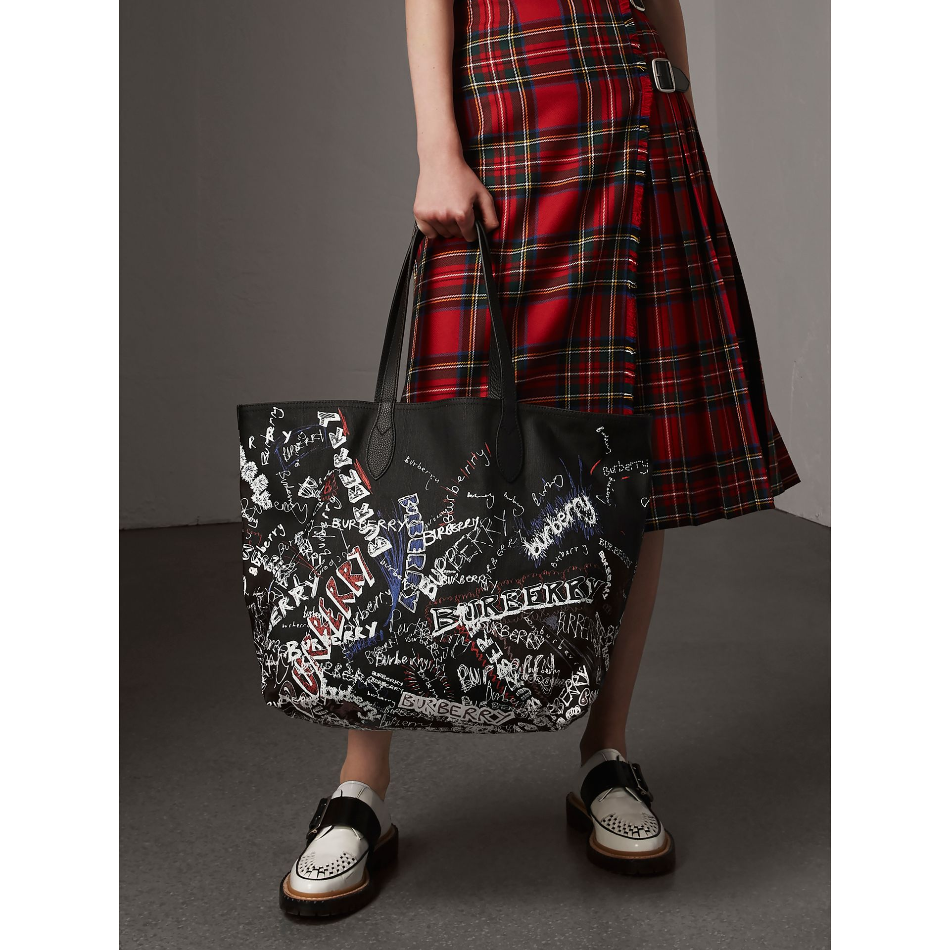The Large Reversible Doodle Tote in Black | Burberry - gallery image 2