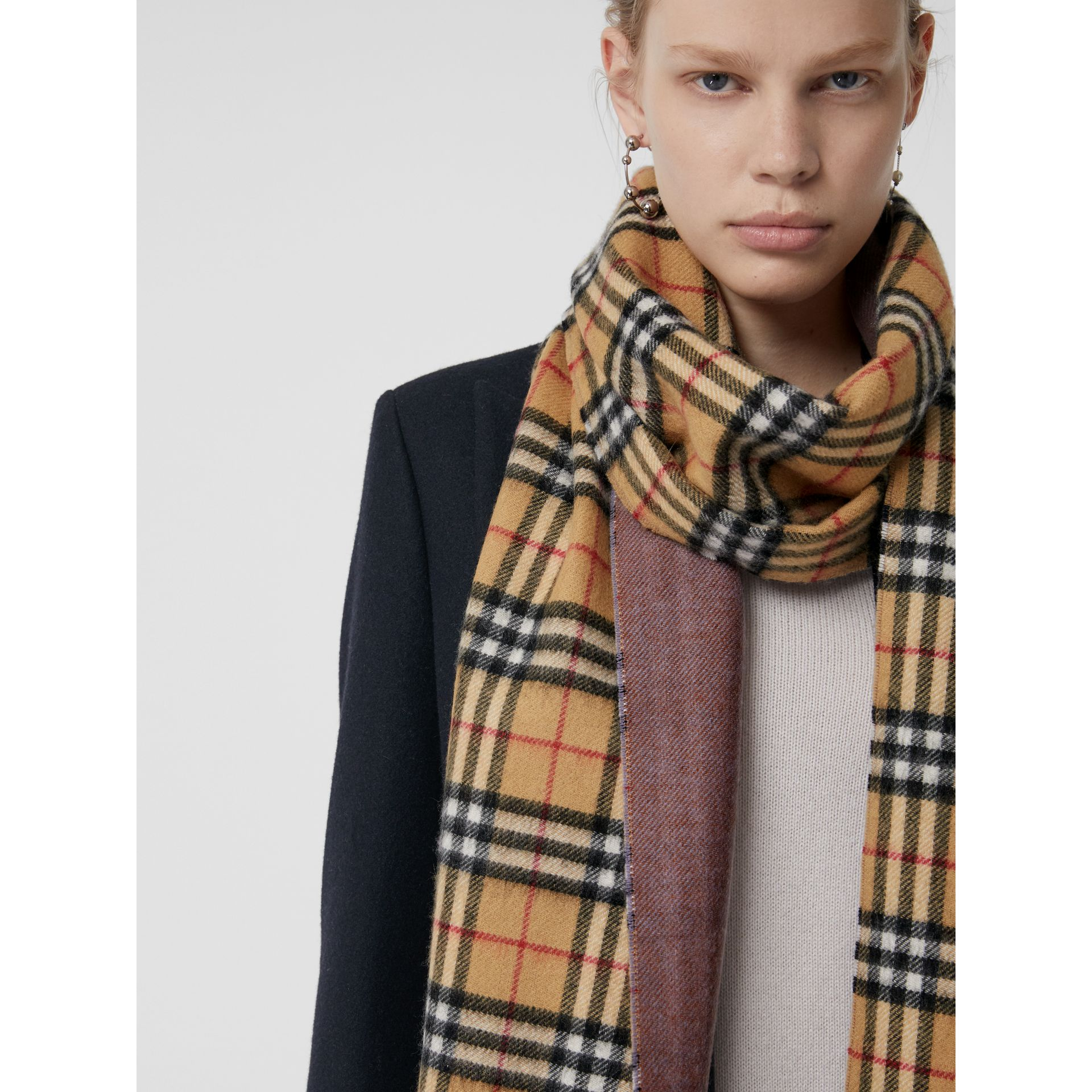 Long Reversible Vintage Check Double-faced Cashmere Scarf in Lilac Grey | Burberry Canada - gallery image 4