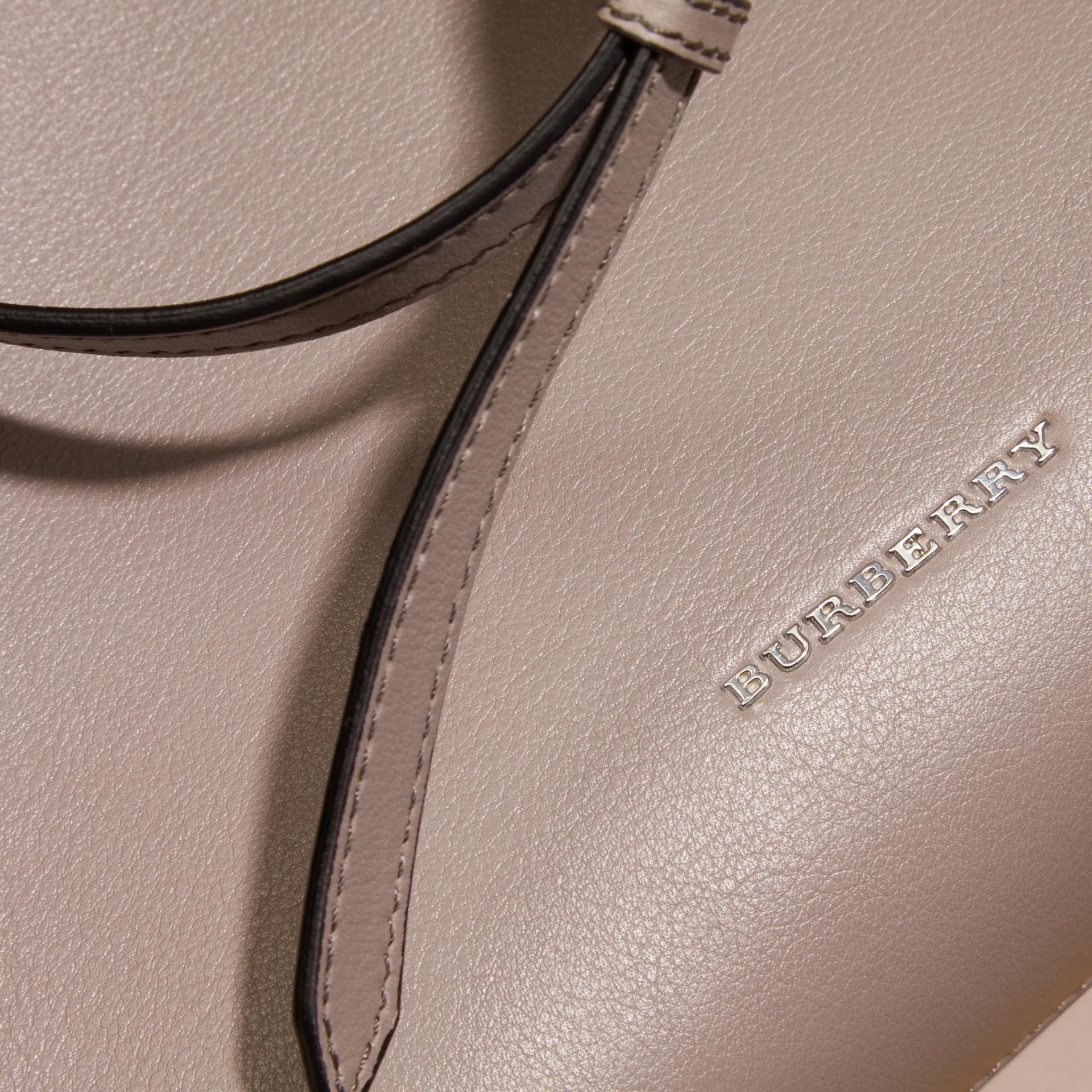 Grigio cardo The Banner media in pelle con catene Grigio Cardo - immagine della galleria 6