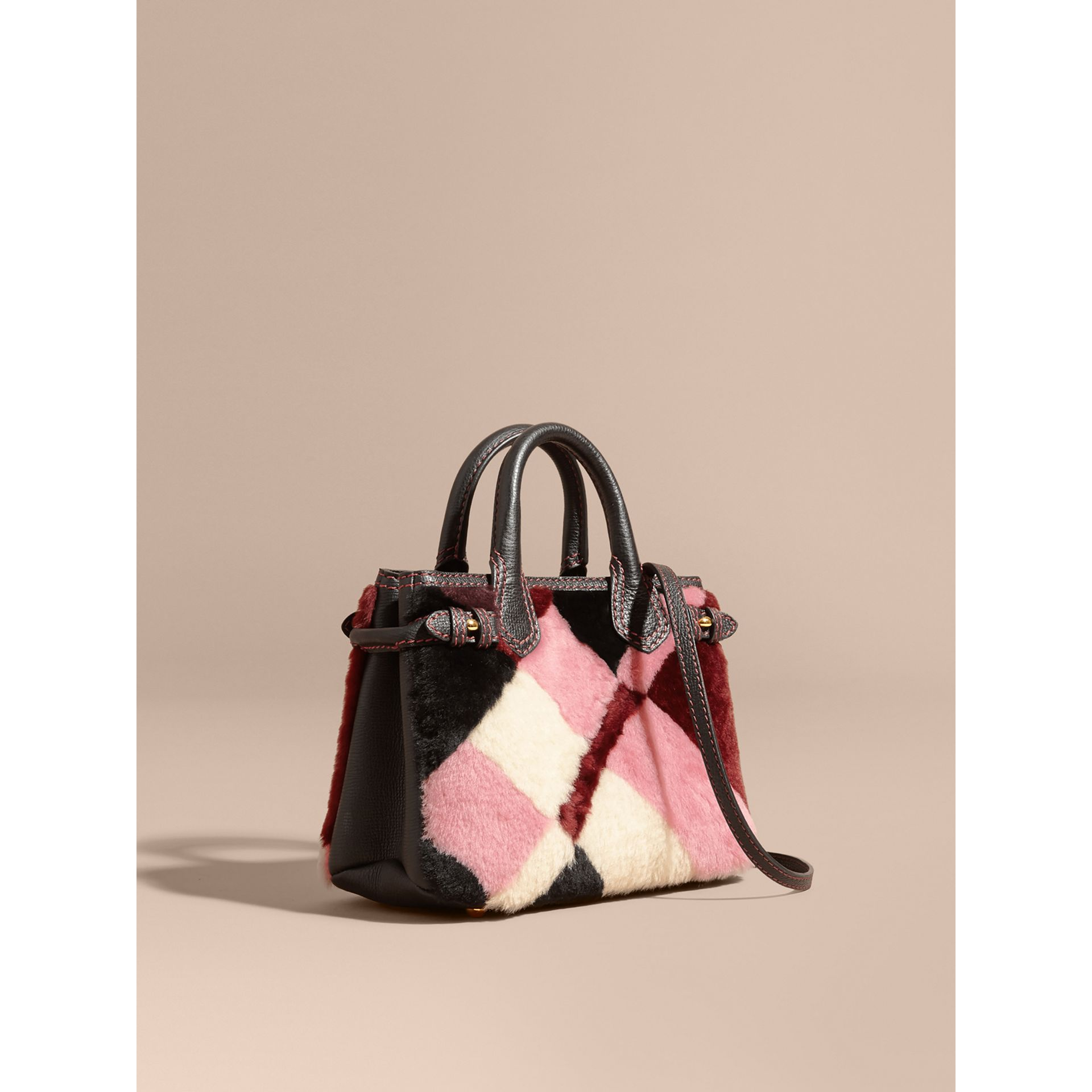 Borsa The Baby Banner in pelle con motivo tartan in patchwork di shearling (Rosa) - Donna | Burberry - immagine della galleria 1