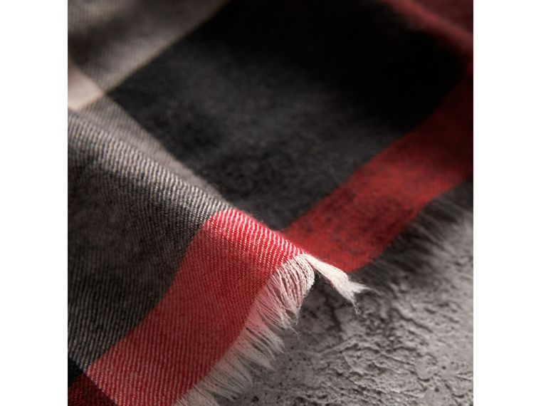 The Lightweight Check Cashmere Scarf in Parade Red | Burberry - cell image 4