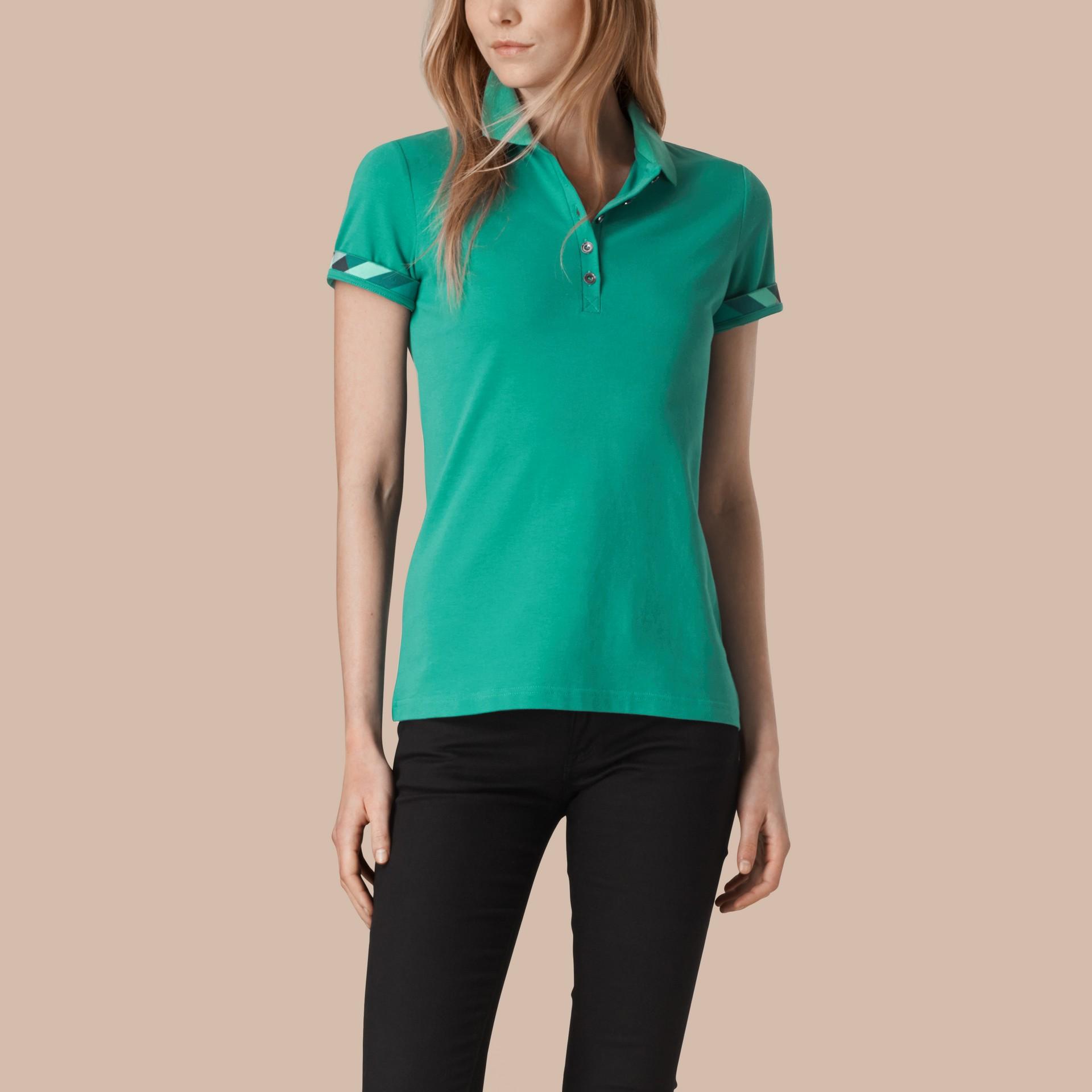 水綠色 格紋飾邊伸縮棉質珠地網眼 Polo 衫 水綠色 - 圖庫照片 1