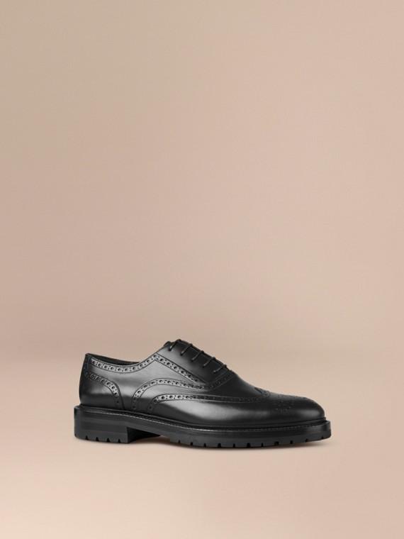 Sapato em estilo brogue e bico fino de couro com sola de borracha