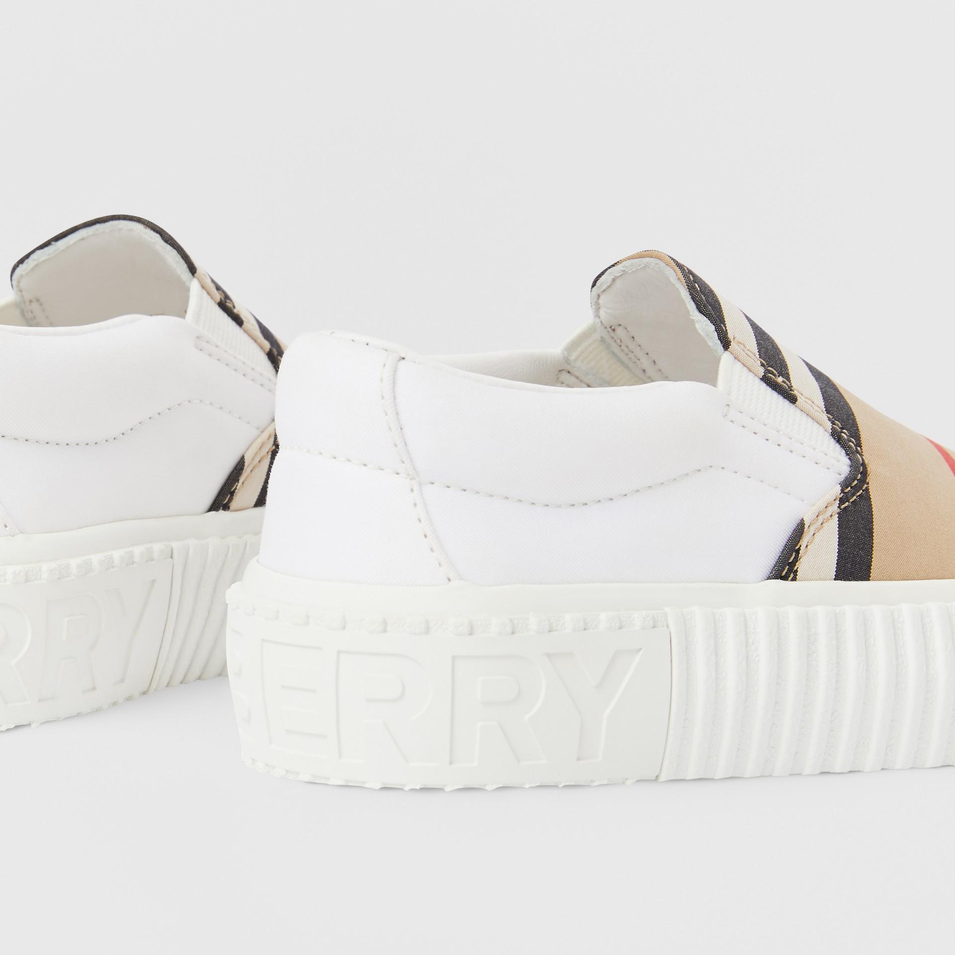 Zapatillas deportivas sin cordones en algodón a rayas Icon Stripe (Beige Vintage) - Niños | Burberry - imagen de la galería 1