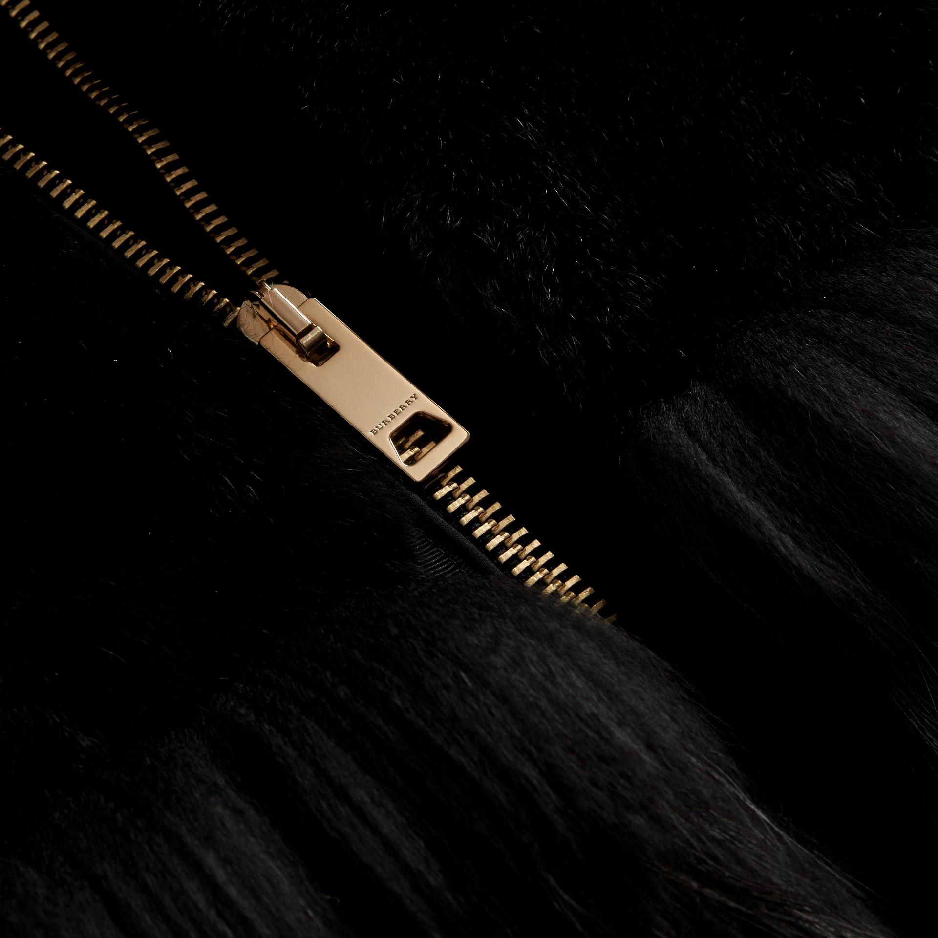 Nero Bomber in raso con finiture in pelliccia - immagine della galleria 2