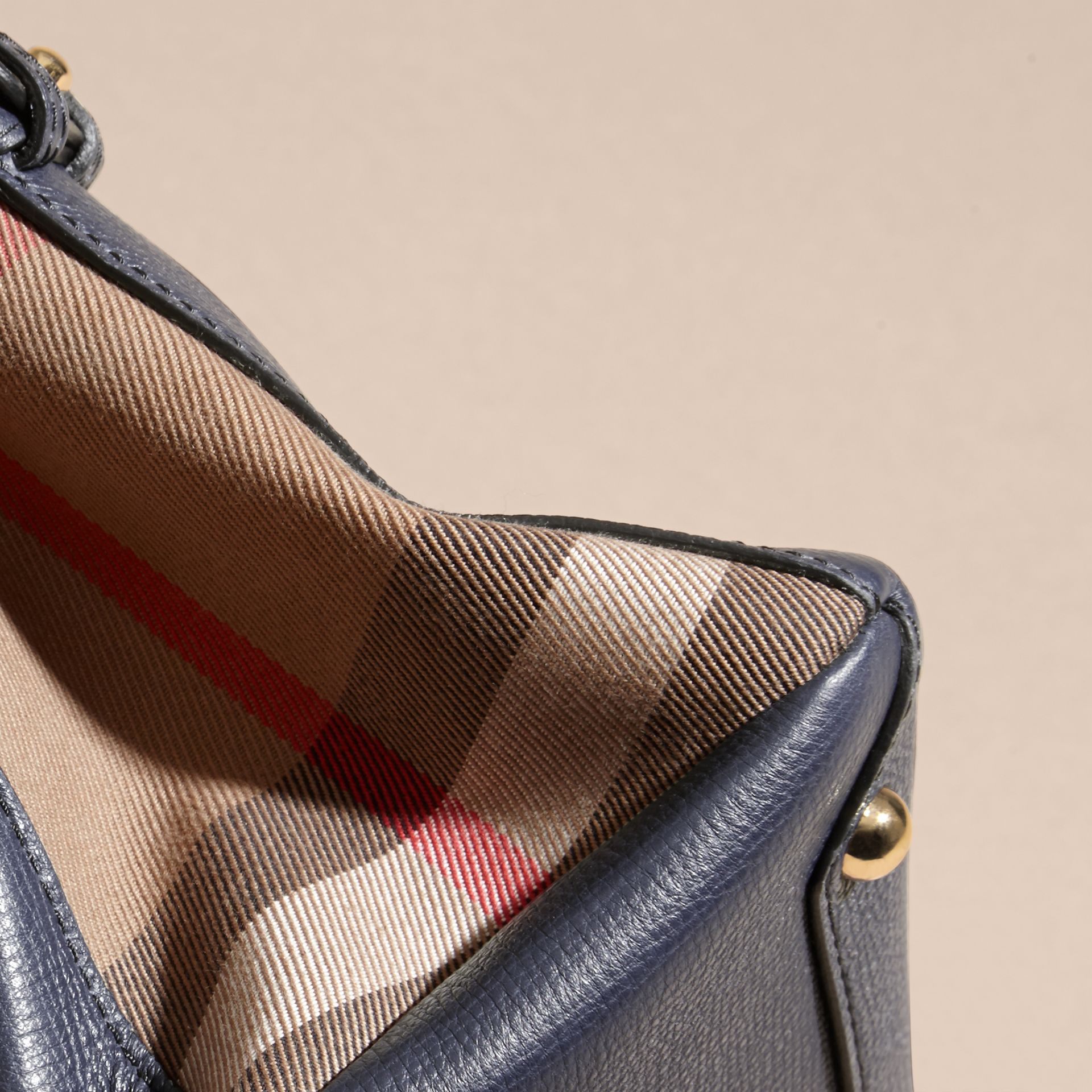The Baby Banner en cuir et coton House check (Bleu Encre) - Femme | Burberry - photo de la galerie 6