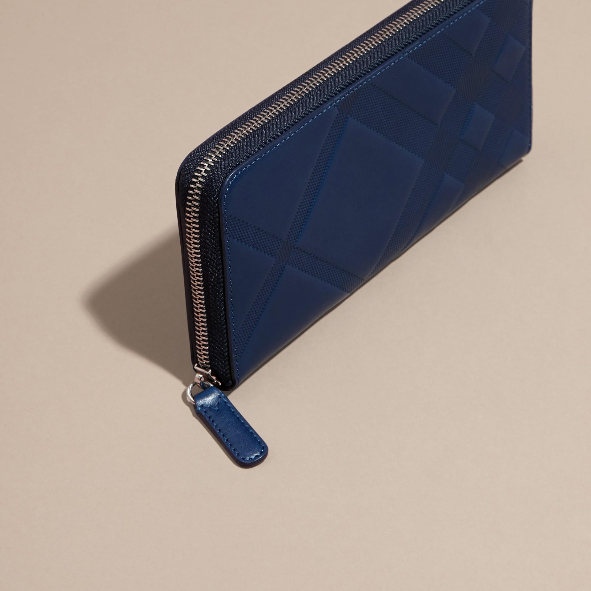 Bleu lapis Portefeuille zippé en cuir à motif check estampé Bleu Lapis - photo de la galerie 3
