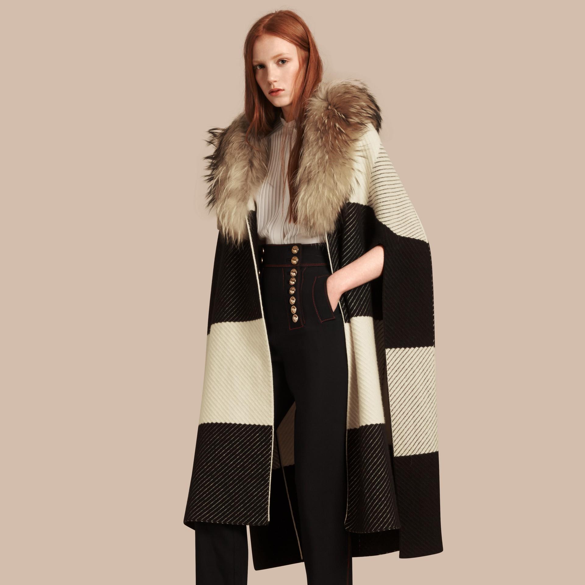 Noir/blanc Poncho en laine et cachemire mélangés à motif check avec col en fourrure de raton laveur - photo de la galerie 1