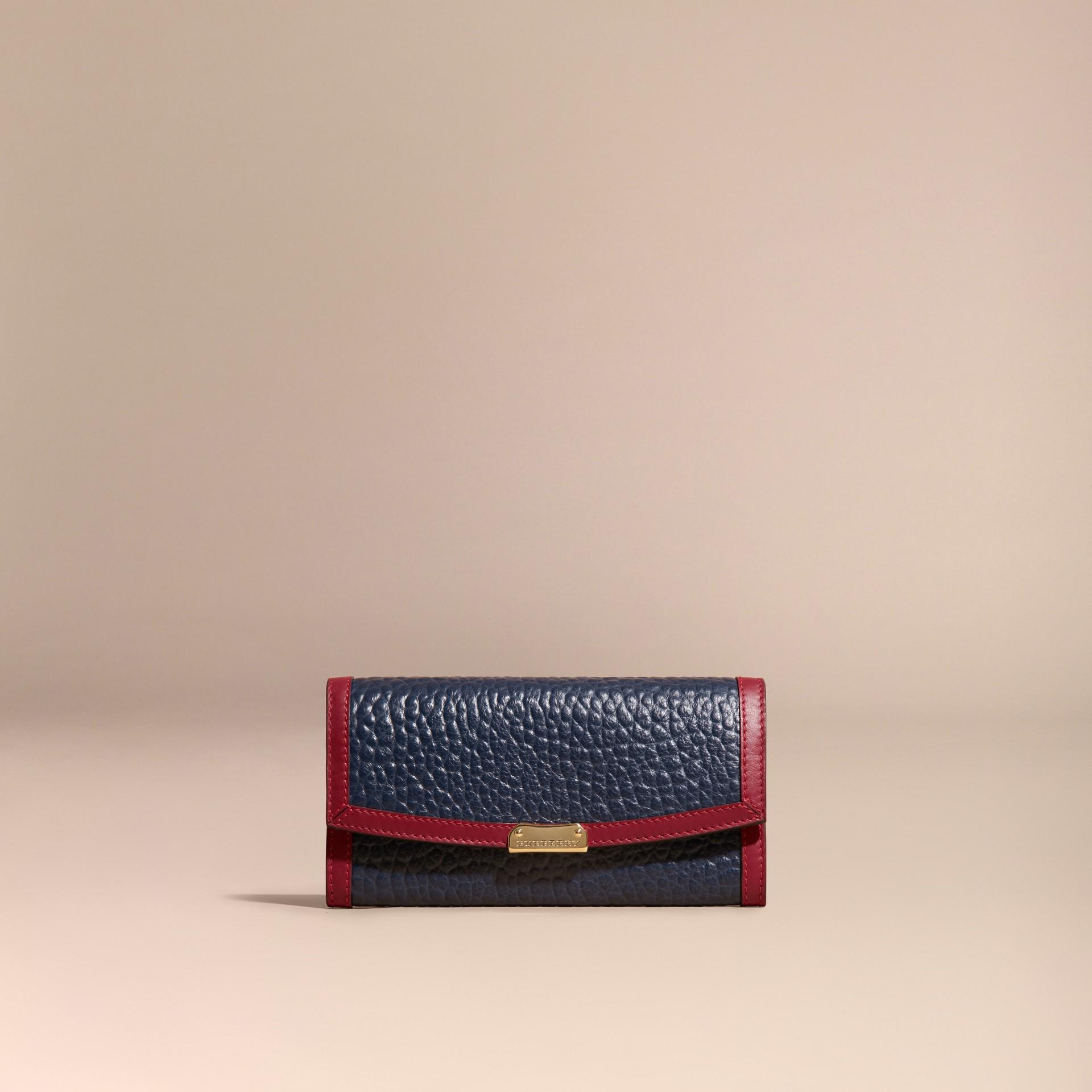 Blu carbonio/rosso parata Portafoglio continental in pelle a grana Burberry con bordo a contrasto - immagine della galleria 6