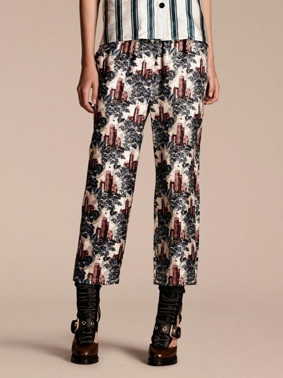 Pantaloni leggermente corti in twill di seta in stile pigiama con stampa castello