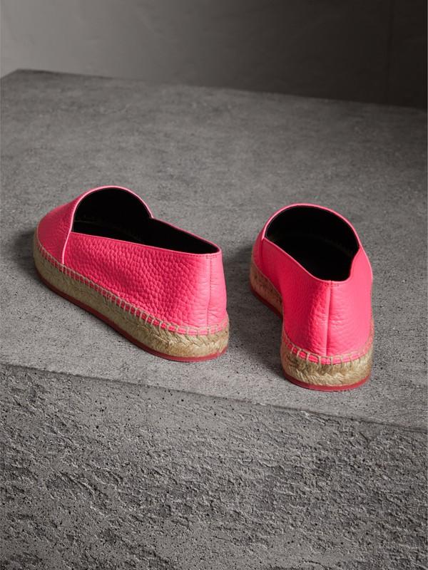 Espadrilles de couro granulado com detalhe em relevo (Rosa Neon) - Mulheres | Burberry - cell image 3